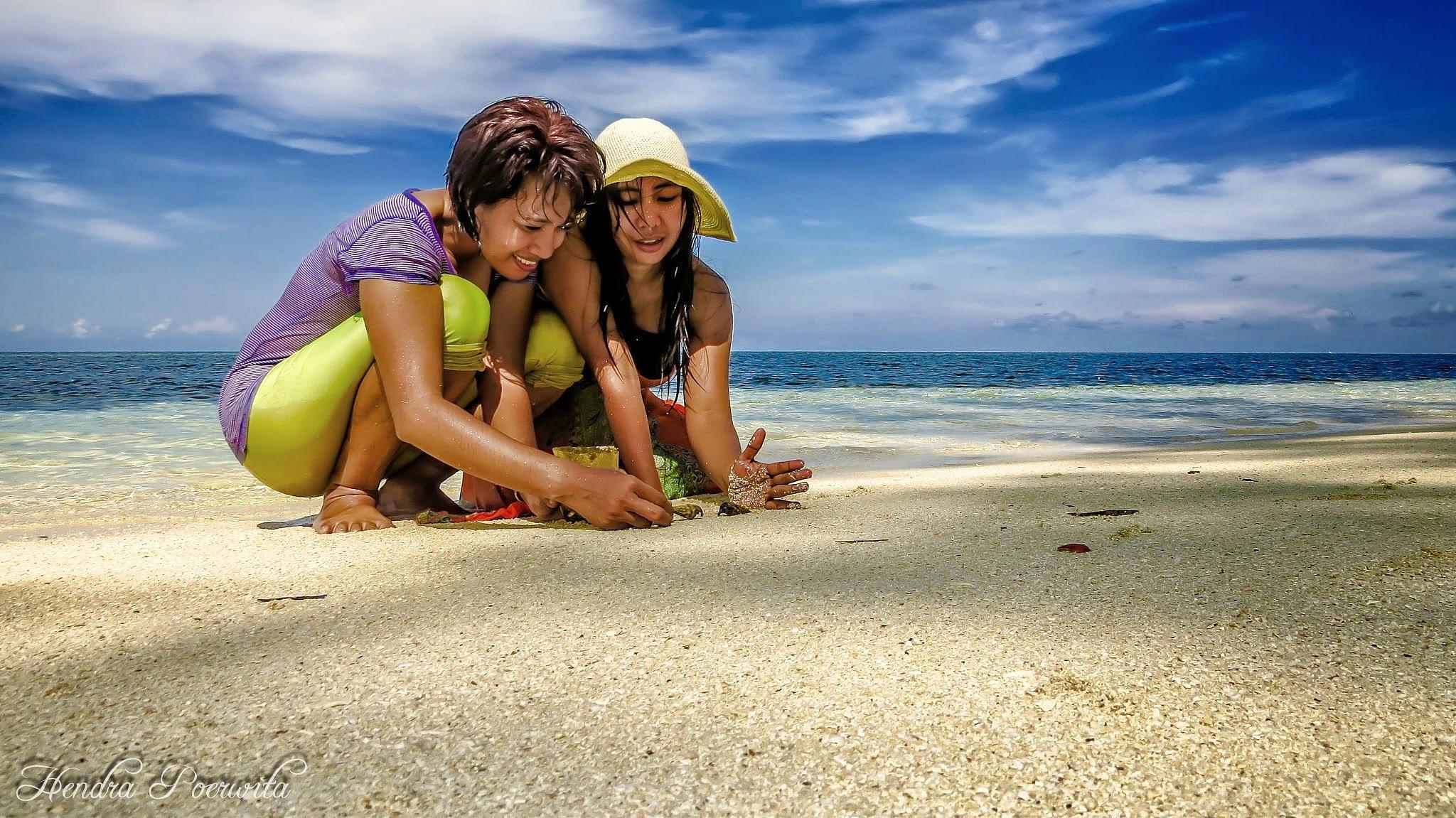 PLAY AT THE BEACH by hendra.poerwita