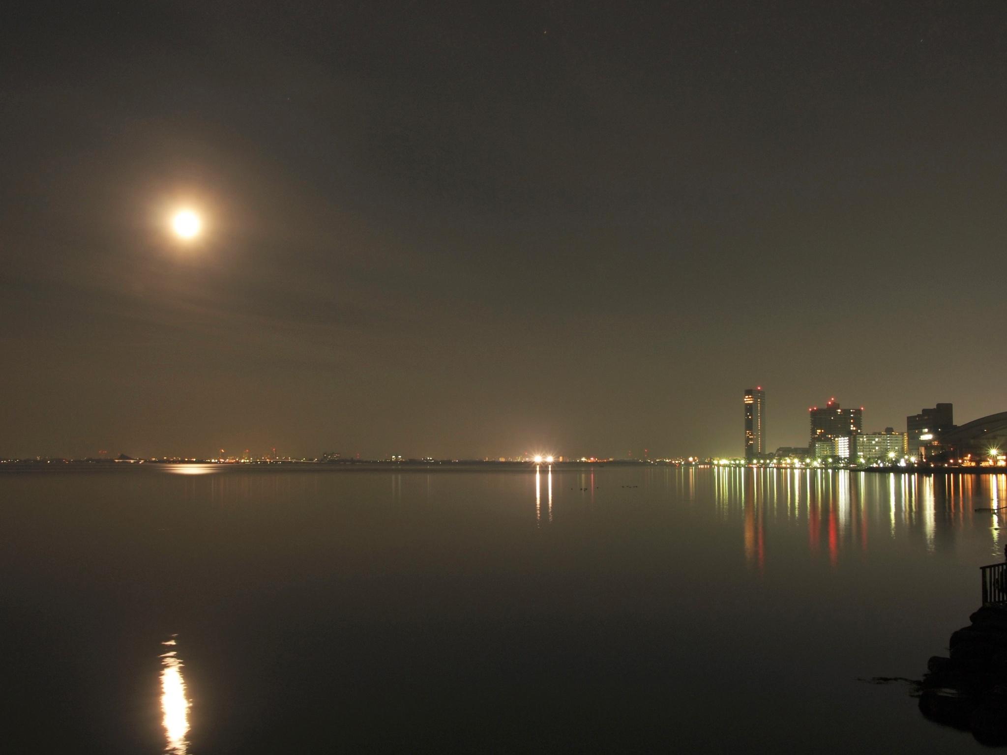 The moonlight on Lake Biwa surface by SANRI