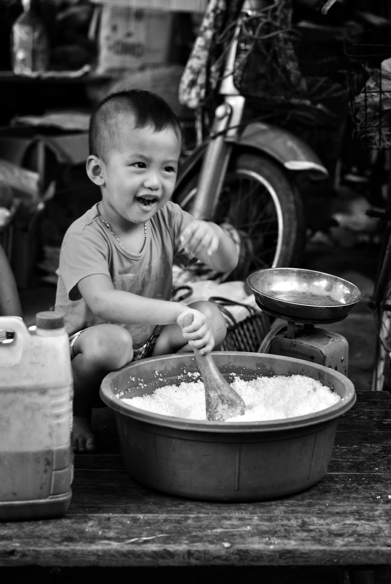 Salt stall owner portrait by Hung Quang Ngo