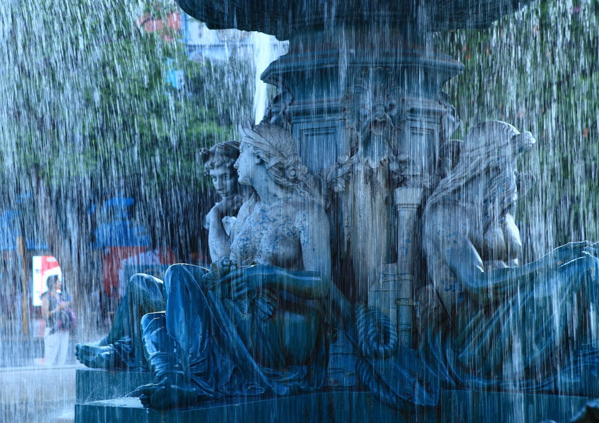 Water statue in Lisbon by Robert van Buuren