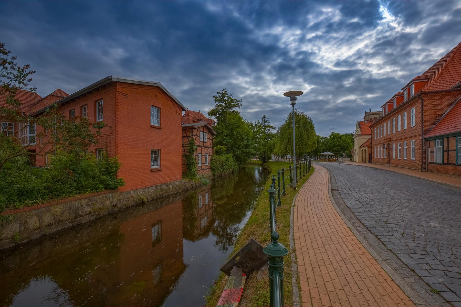 Dunkle Wolken über Ludwigslust by Maik Richter Photography