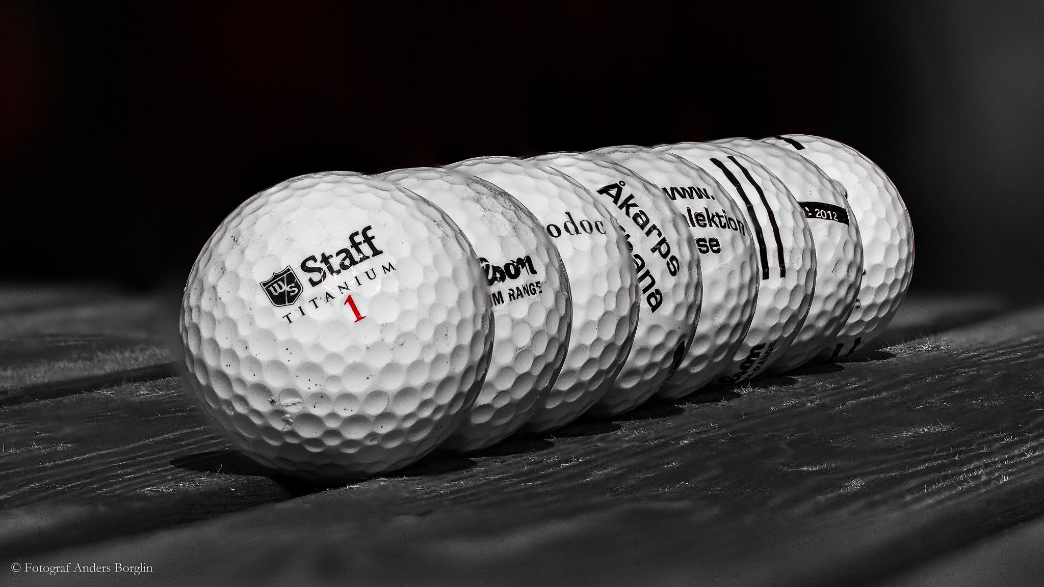 Queuing golf balls by Anders Borglin