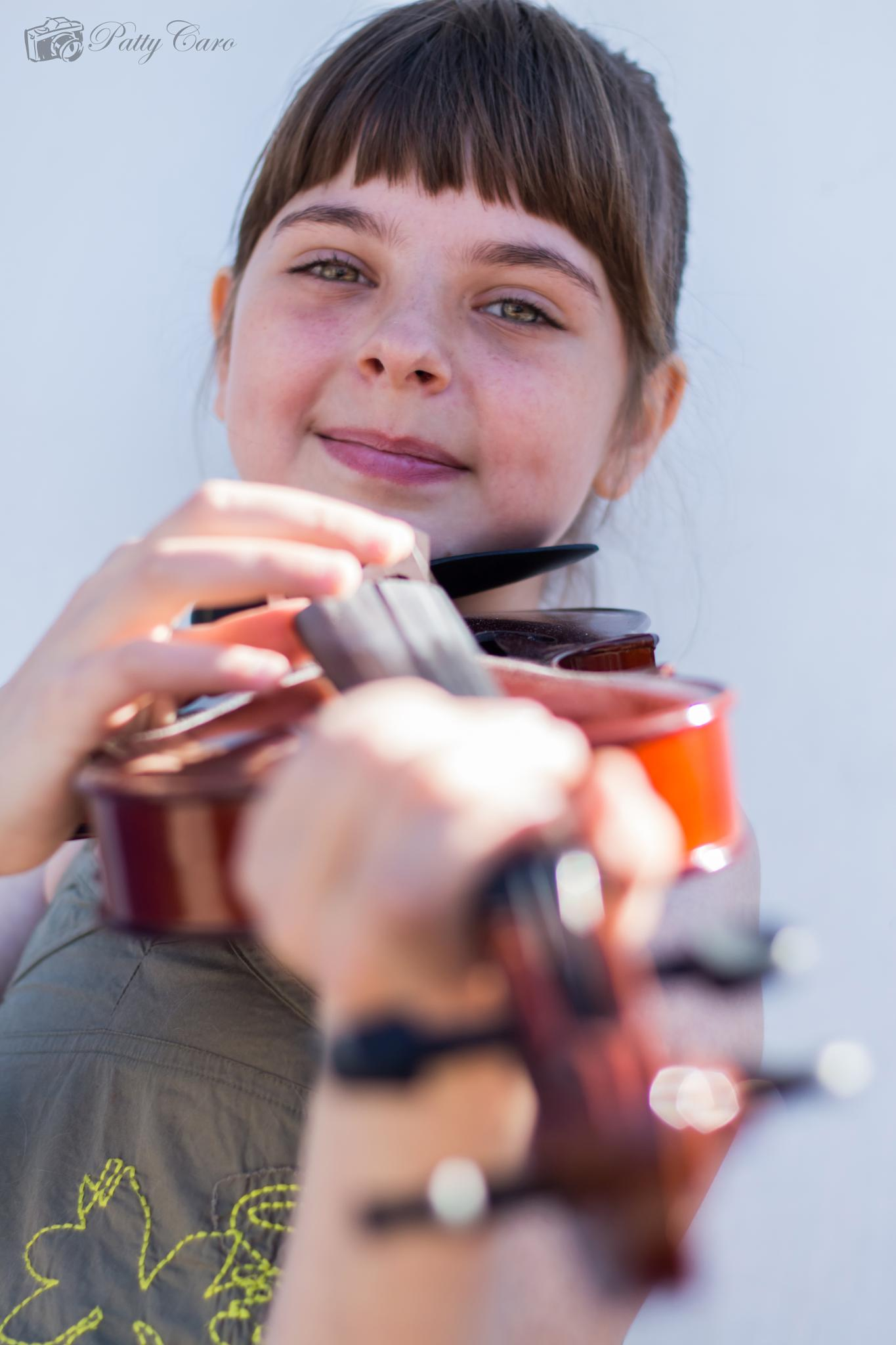 niña del violin2 by Patty Caro