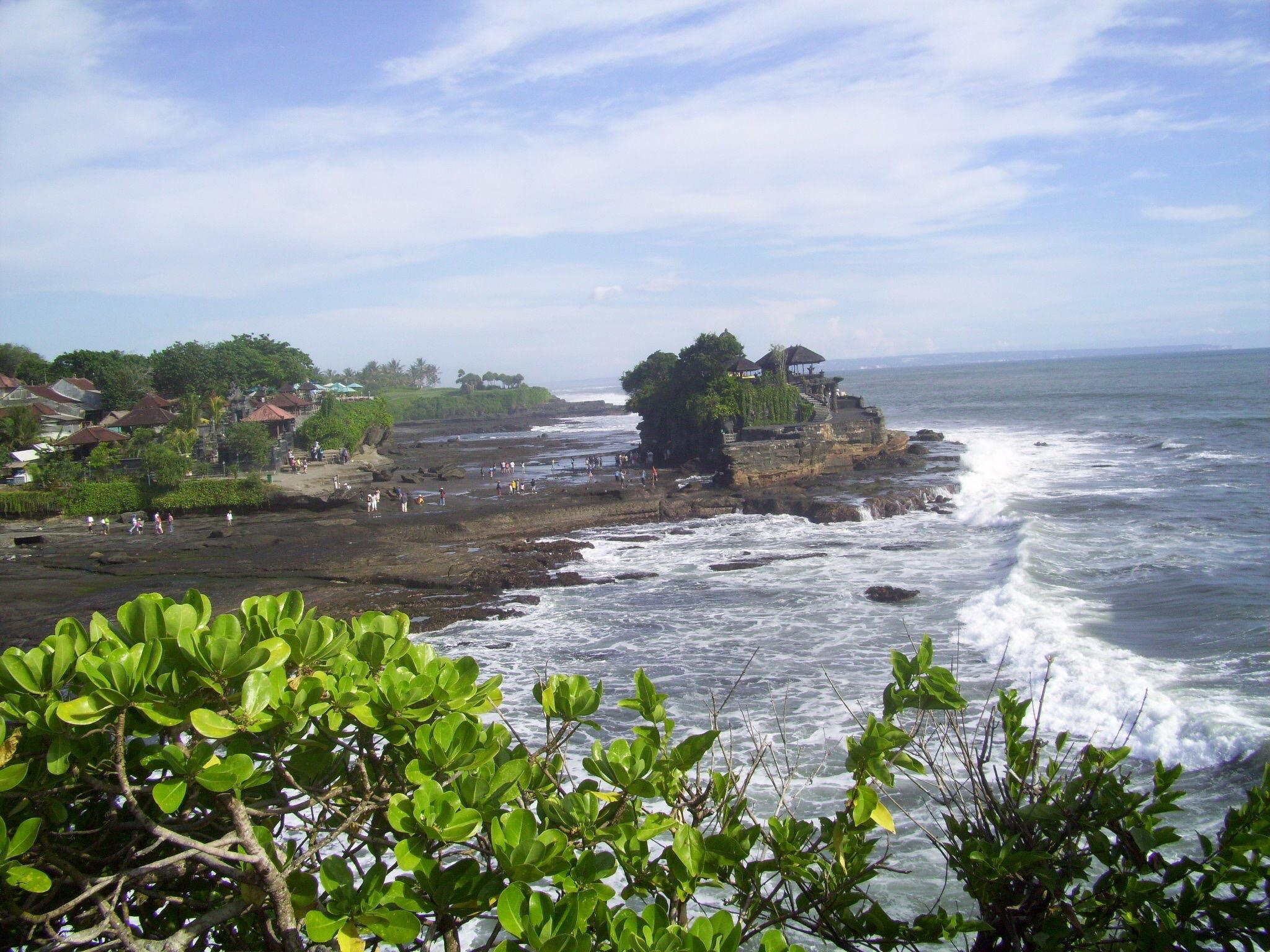 A Beautiful Tanah Lot Temple by johnny.kariono