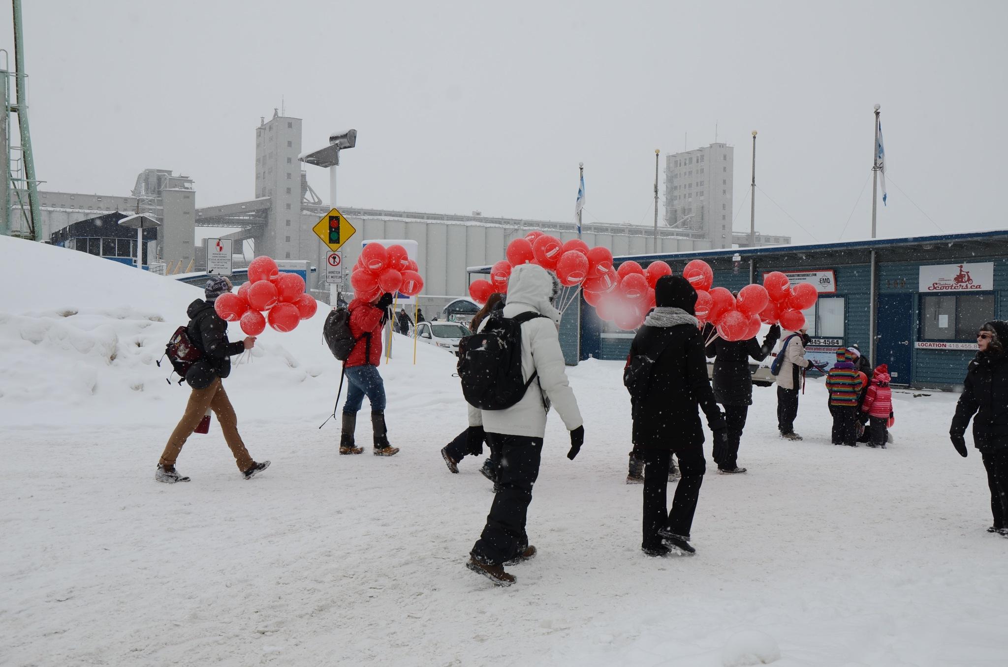La parade et distribution de ballons by real.michaud.5036