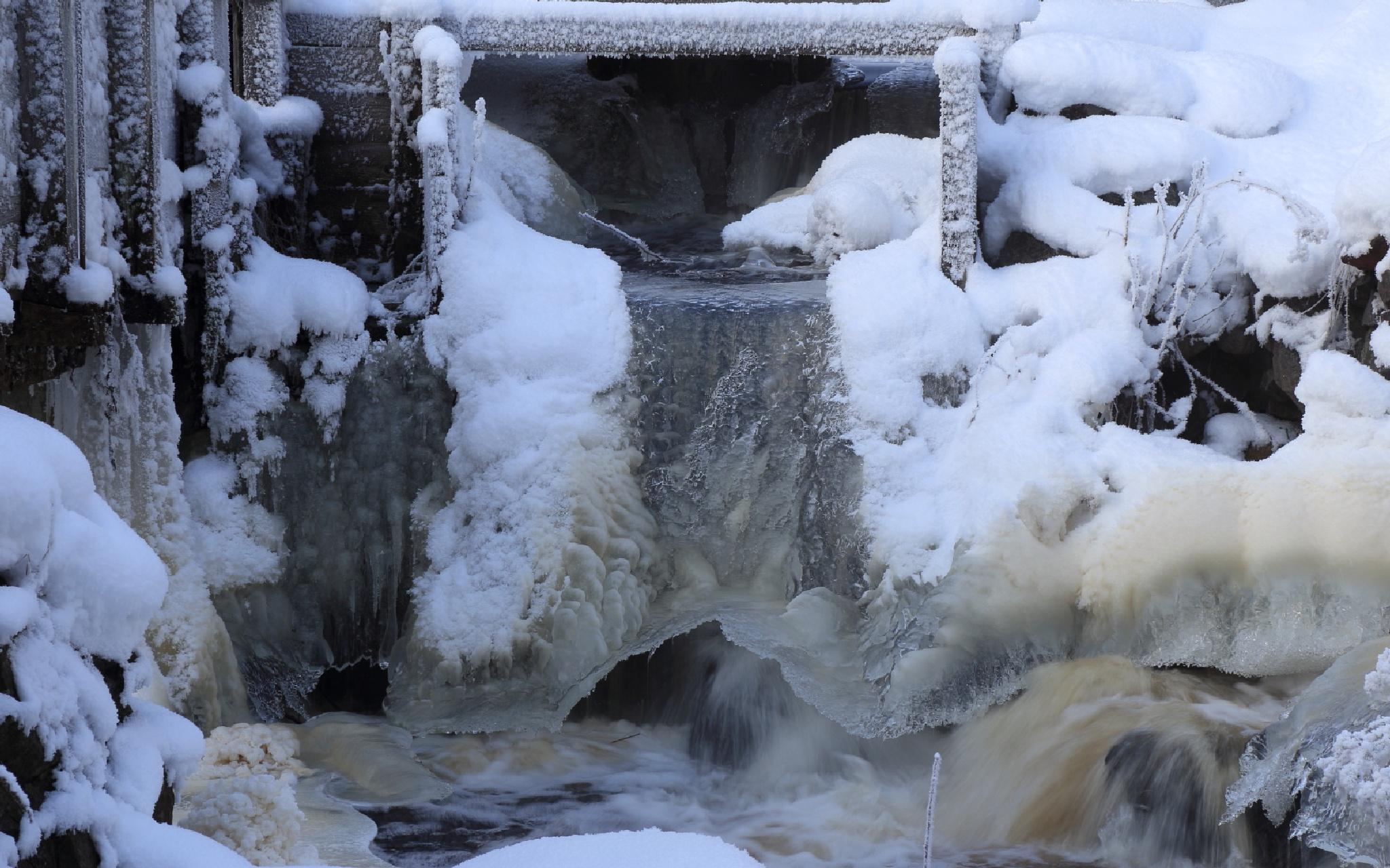 Frozen waterfall by micke.wallman