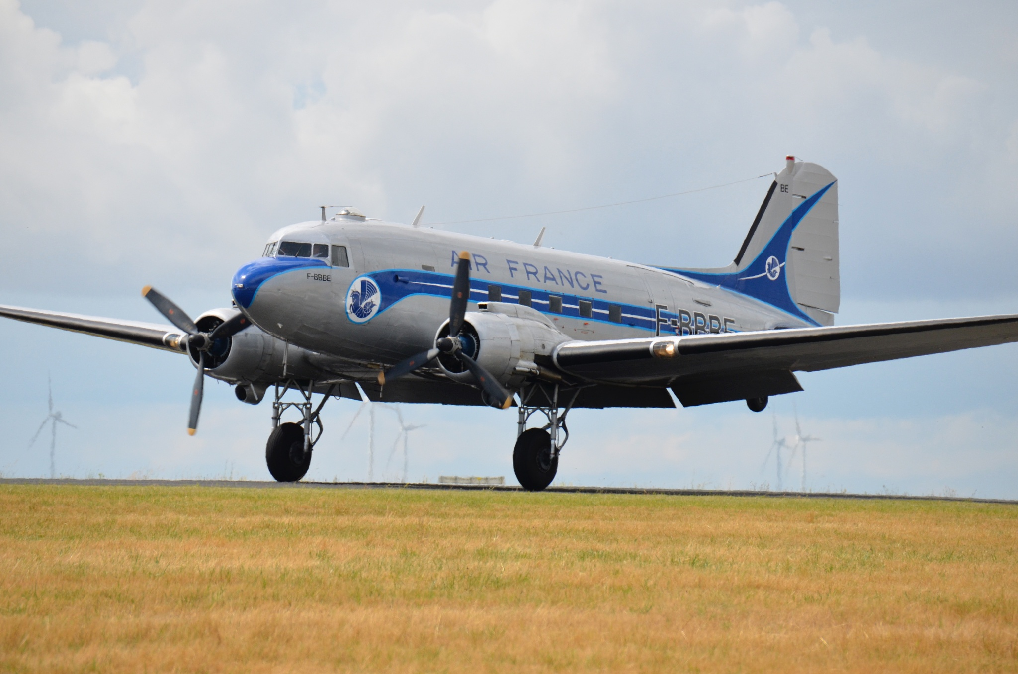 DC3 landing by Xavier Cotton