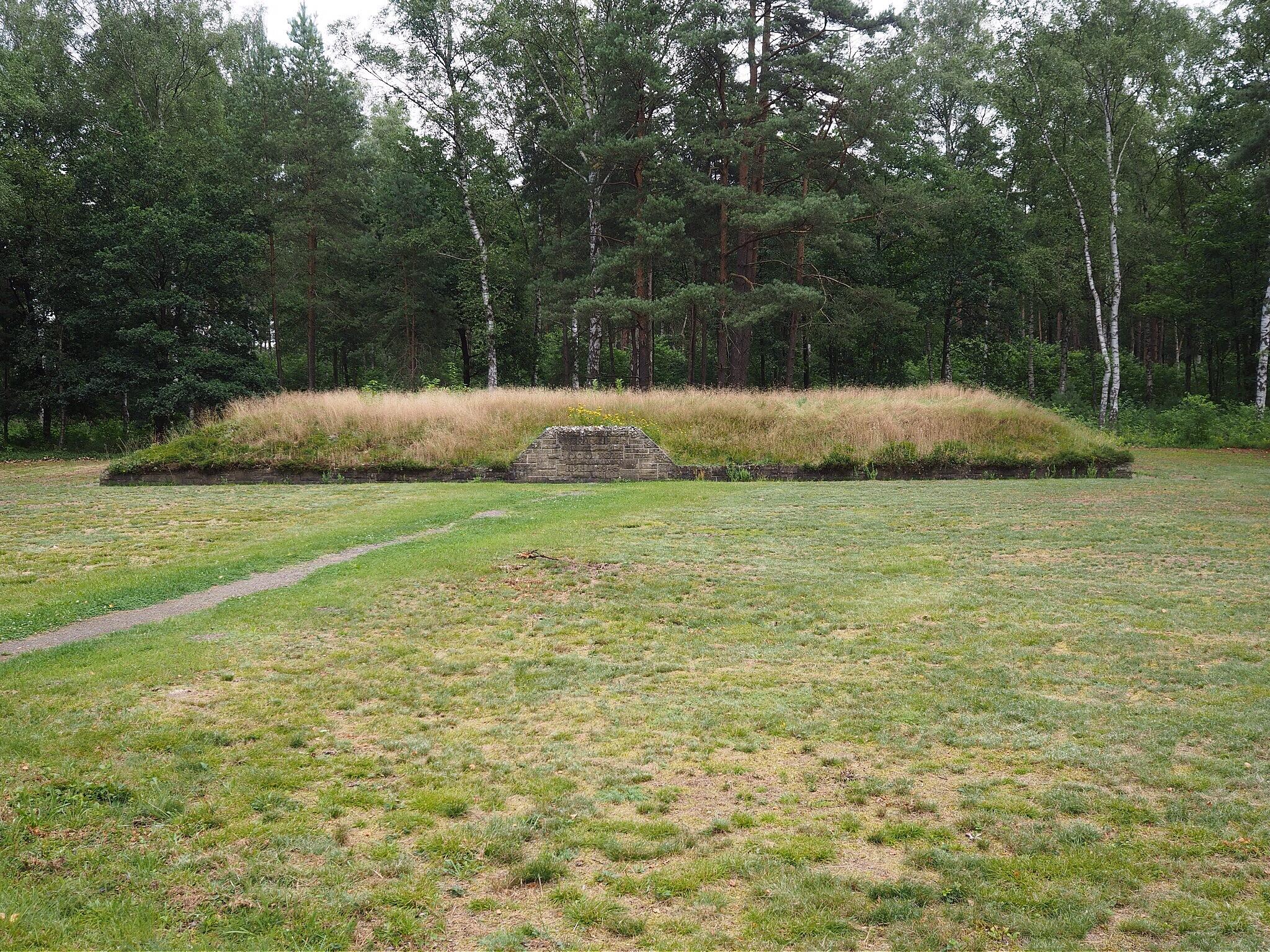 A massgrave in Bergen-Belsen by lundhanders