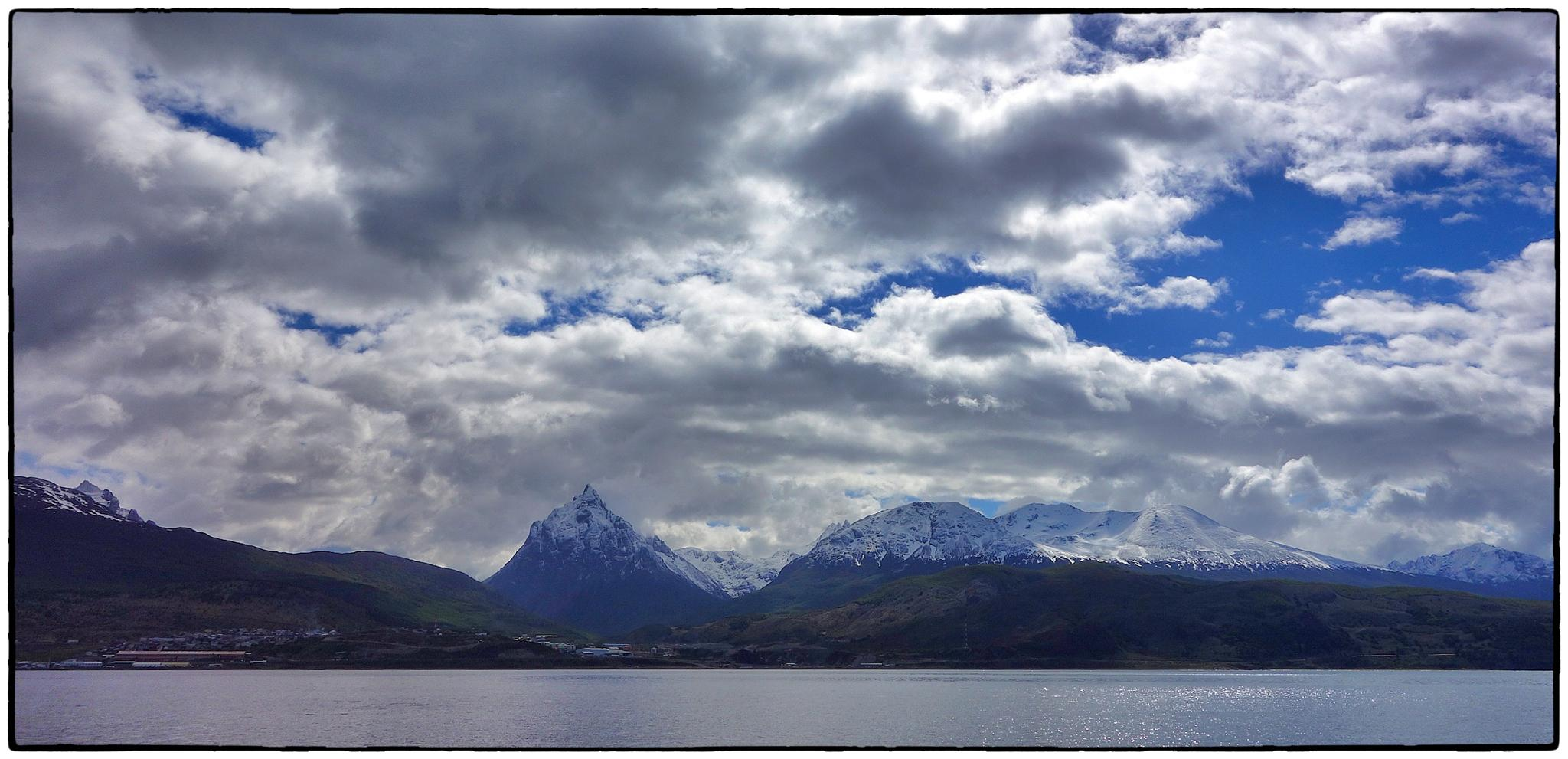 Ushuaia. Muntanyes nevades. Canal de Beagle by bescosx