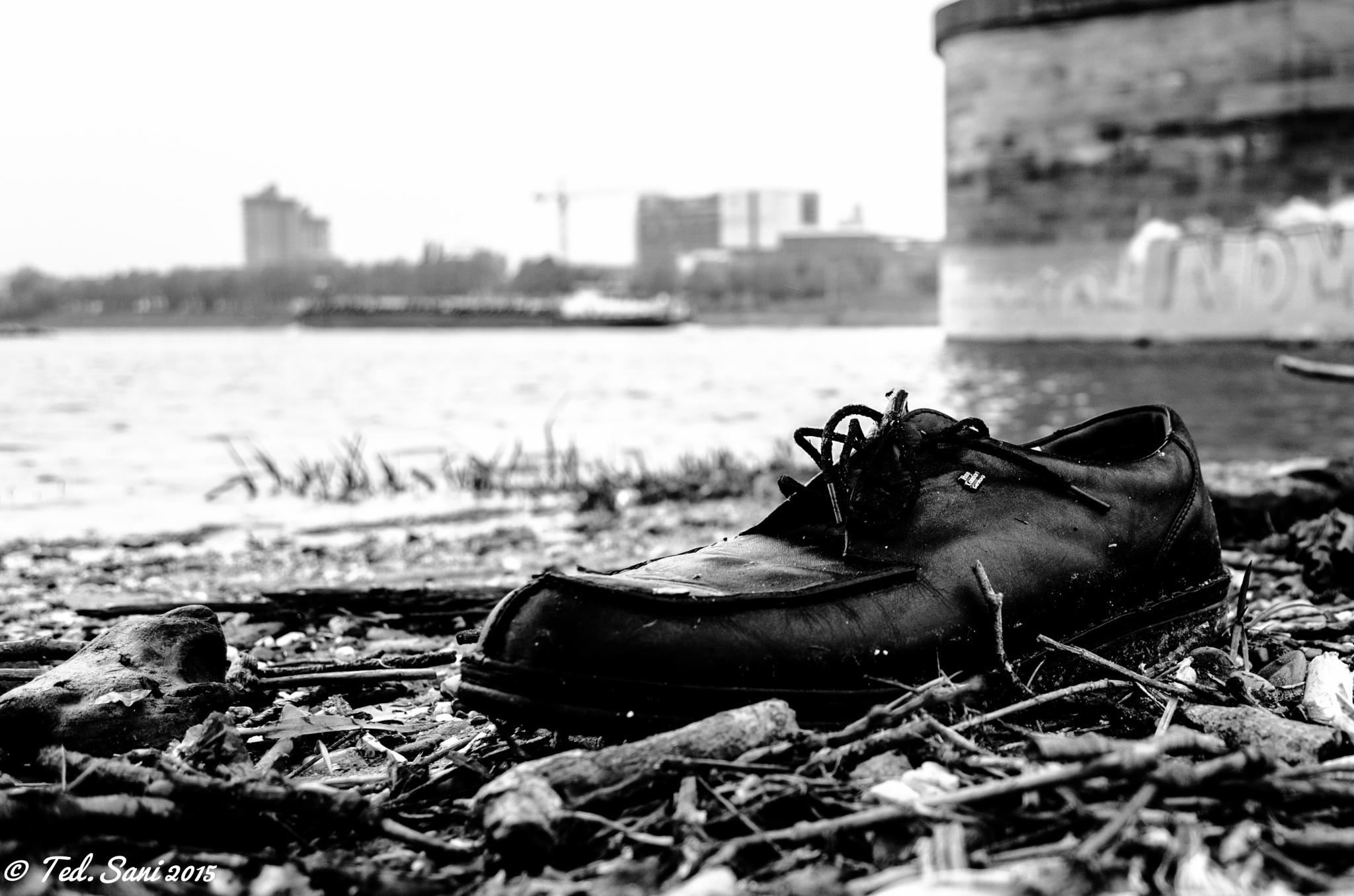 Schuh am Ufer by MKalker/TedSani
