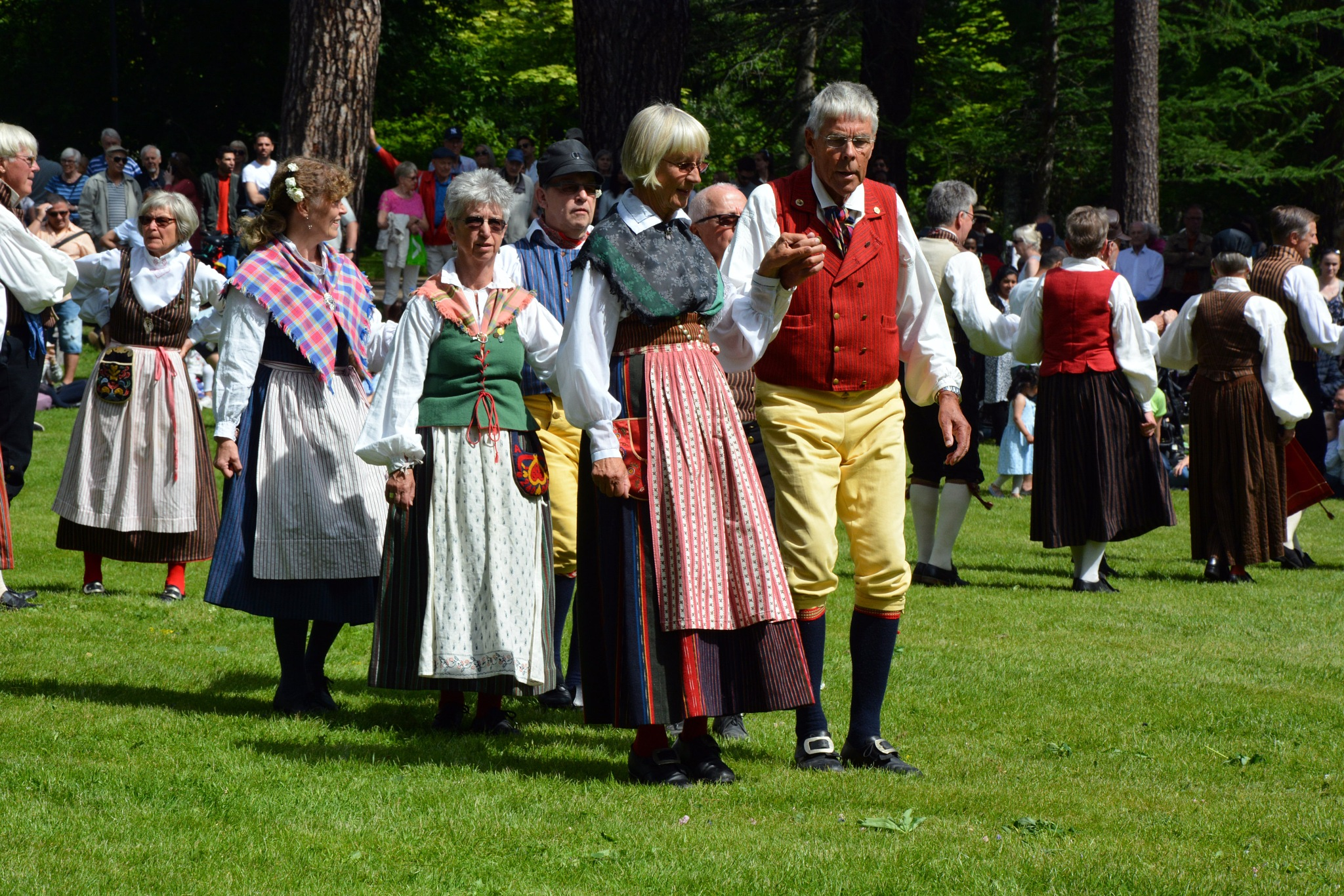 Swedish folk dance ... by Bahmann foto
