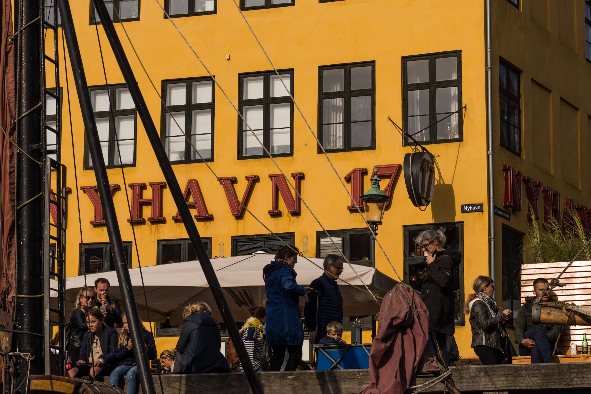 Nyhavn 17  by Johnny Lythell