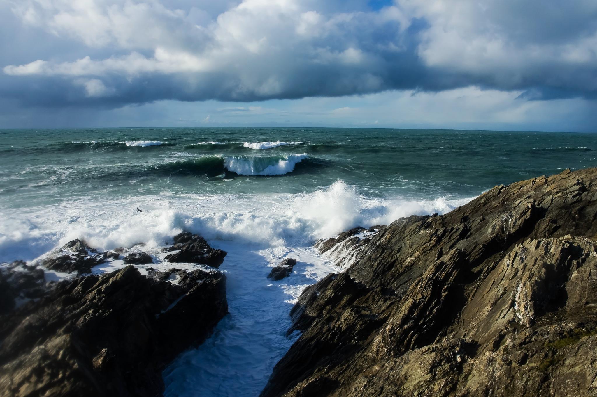 Big waves by MADOLDIE