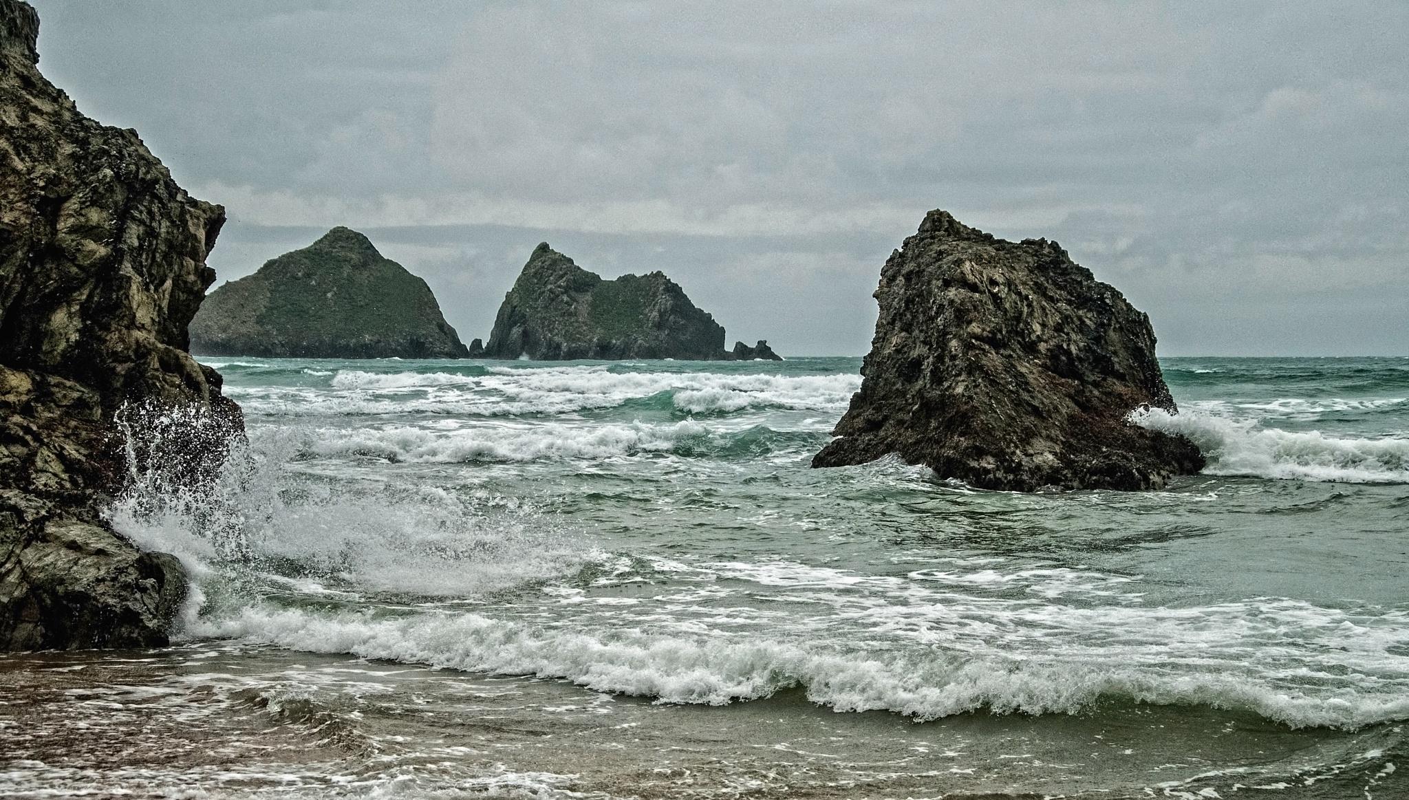 Smashing at the rocks by MADOLDIE