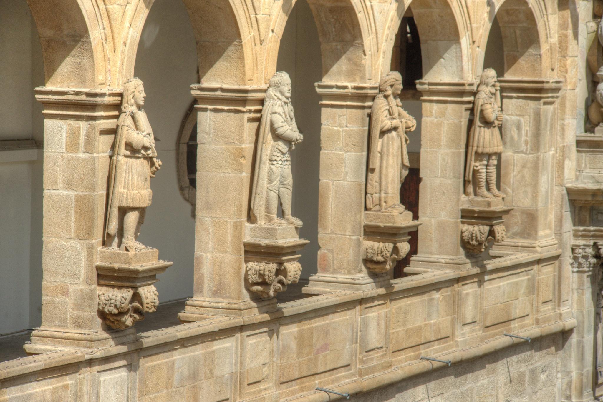 Les statuts montent la garde à Amarante by bernardf142