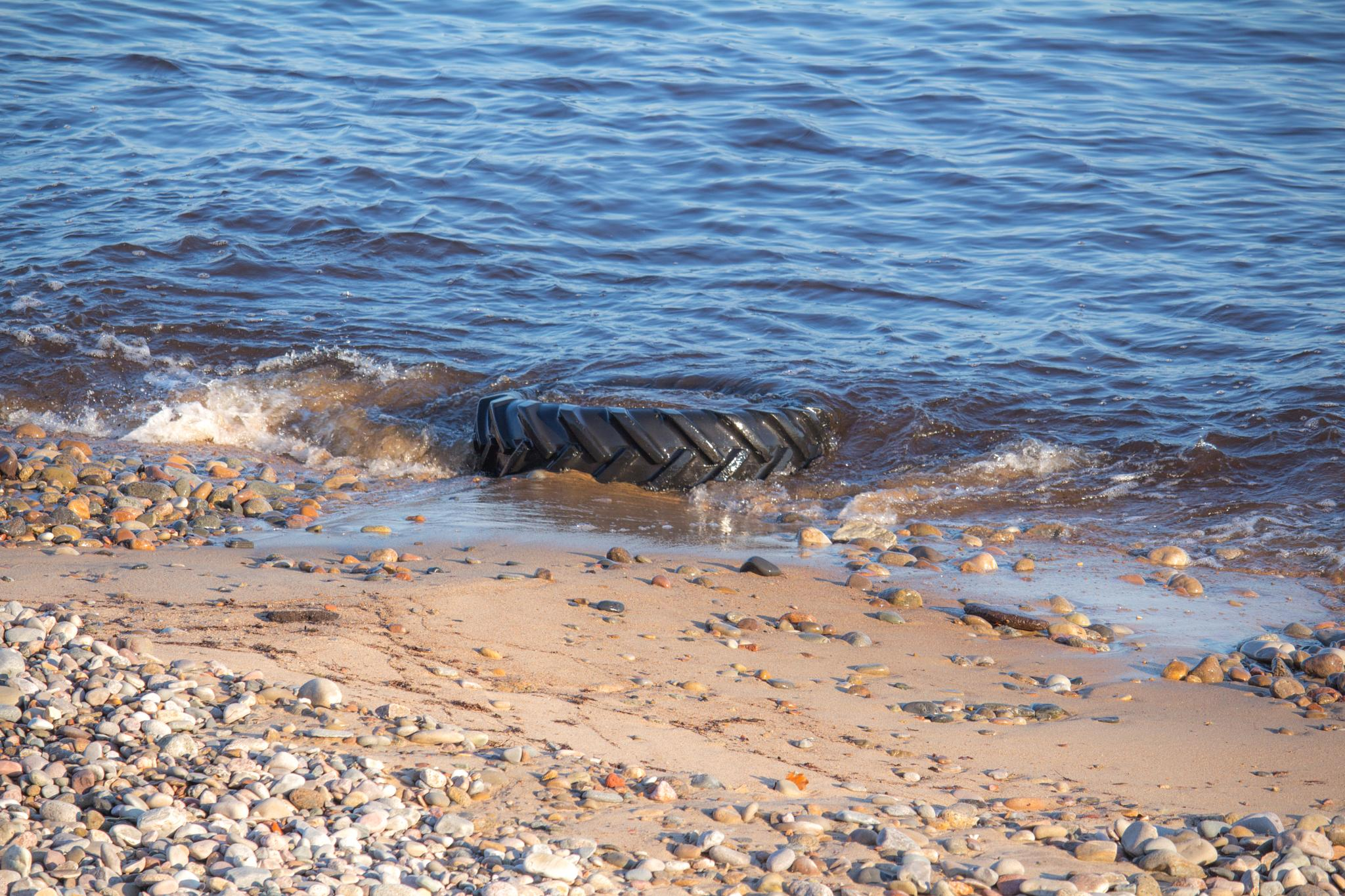 Tyre in the water. by Magnus Bengtsson