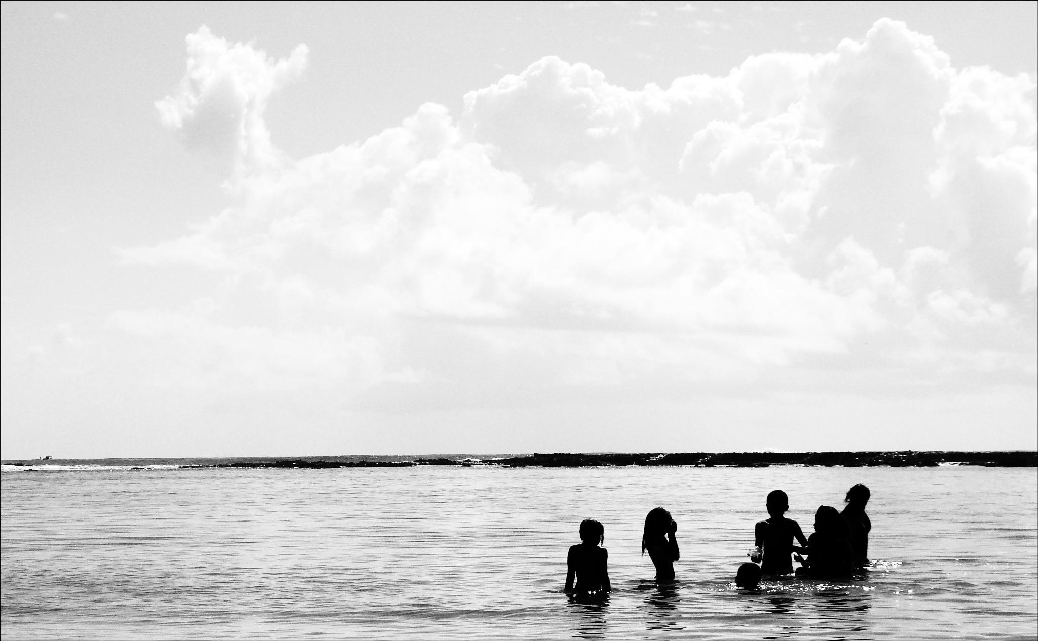 crianças no banho de mar by Fred Matos
