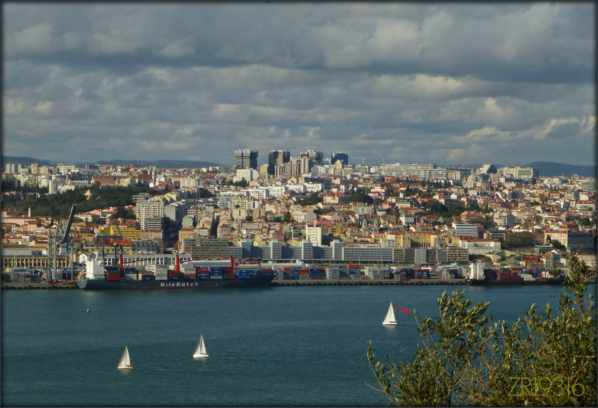 Lisboa, desde a margem sul do Tejo / Lisbon, from Tagus south bank. by ricardoXPTOferreira