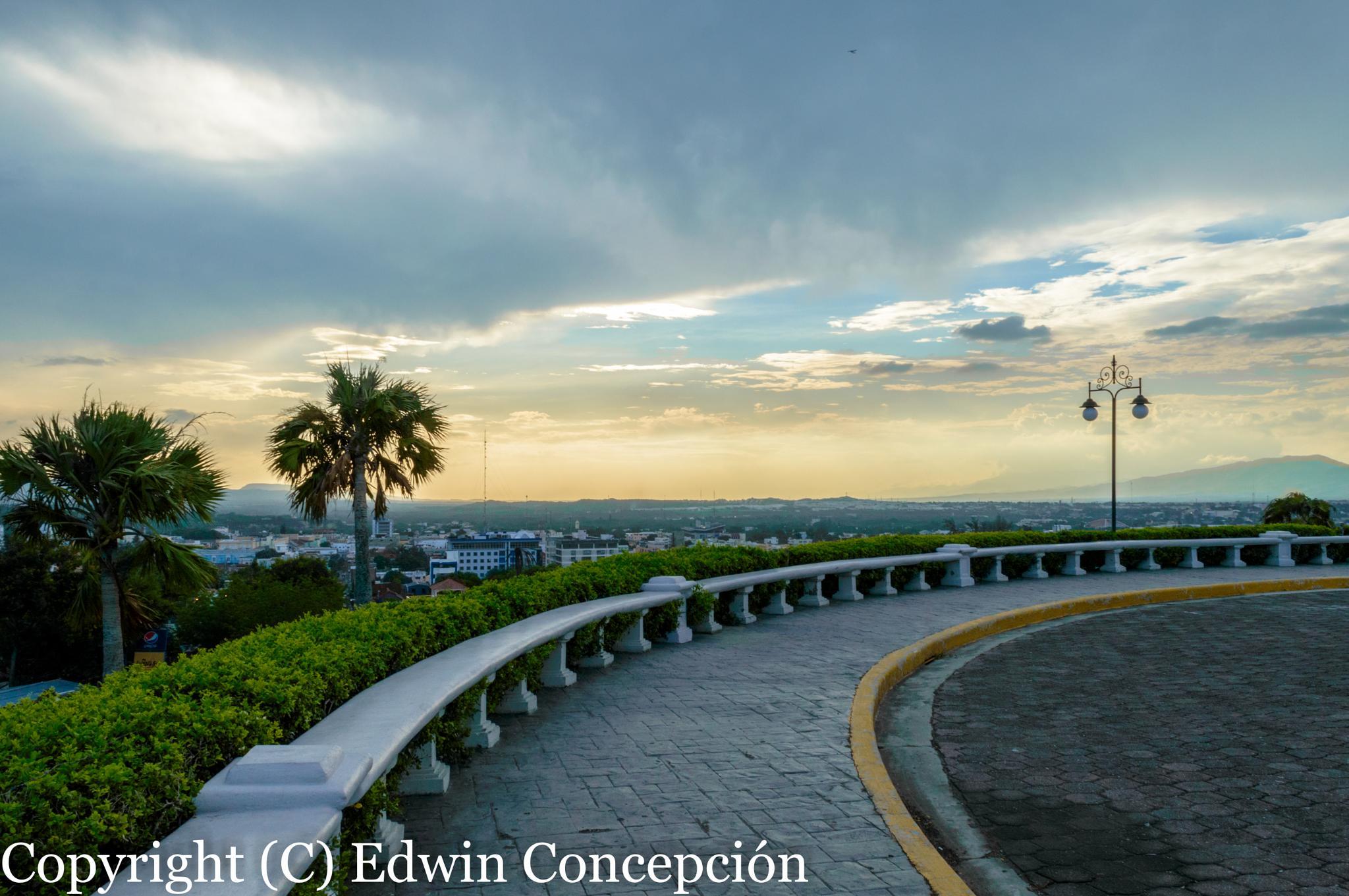 Atardecer en el Monumento by Edwin Concepción