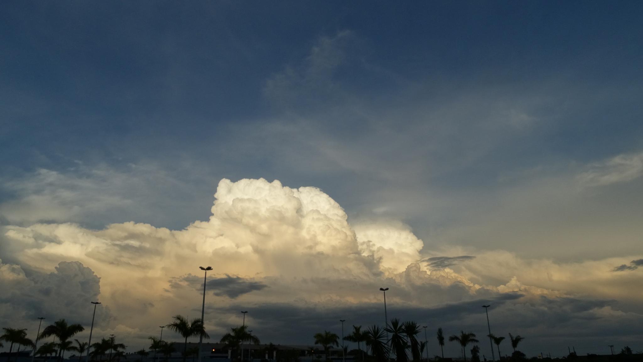 Tremenda nuvem!  by Thanattos