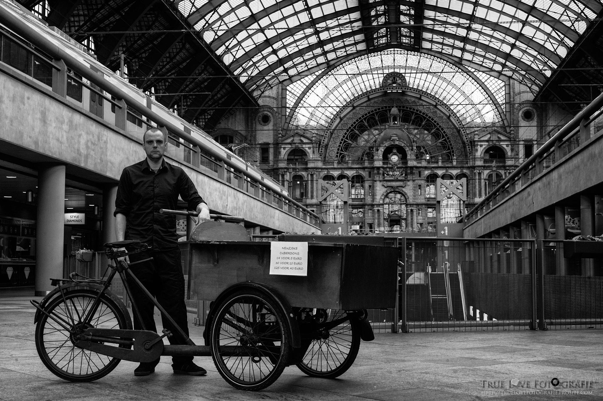 Vendor at Central Station Antwerp by True Love Photography