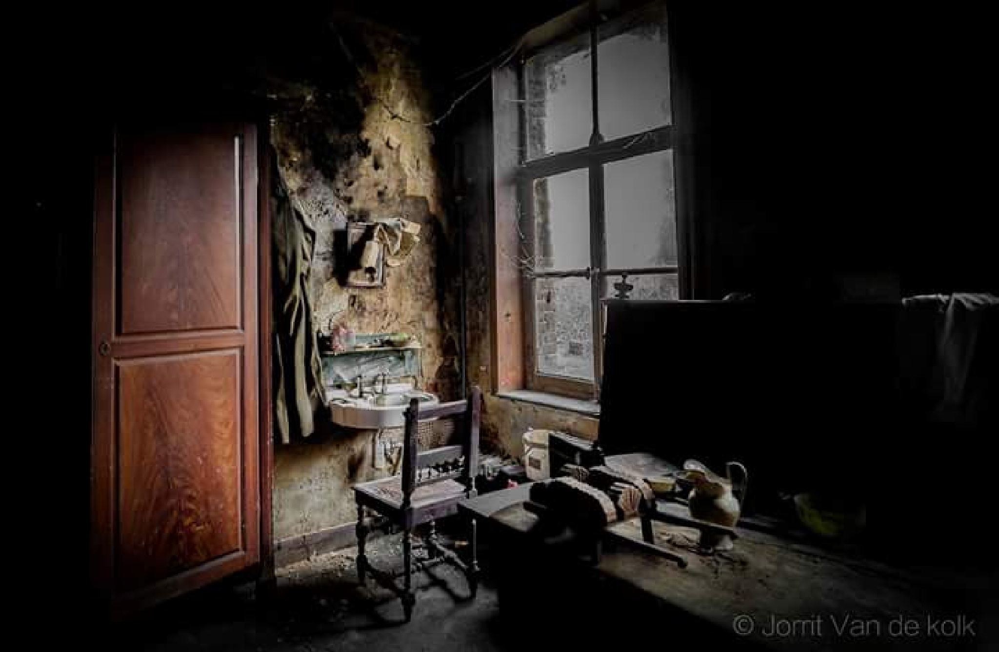 abandoned house with nice decay ... by Jorrit van de kolk