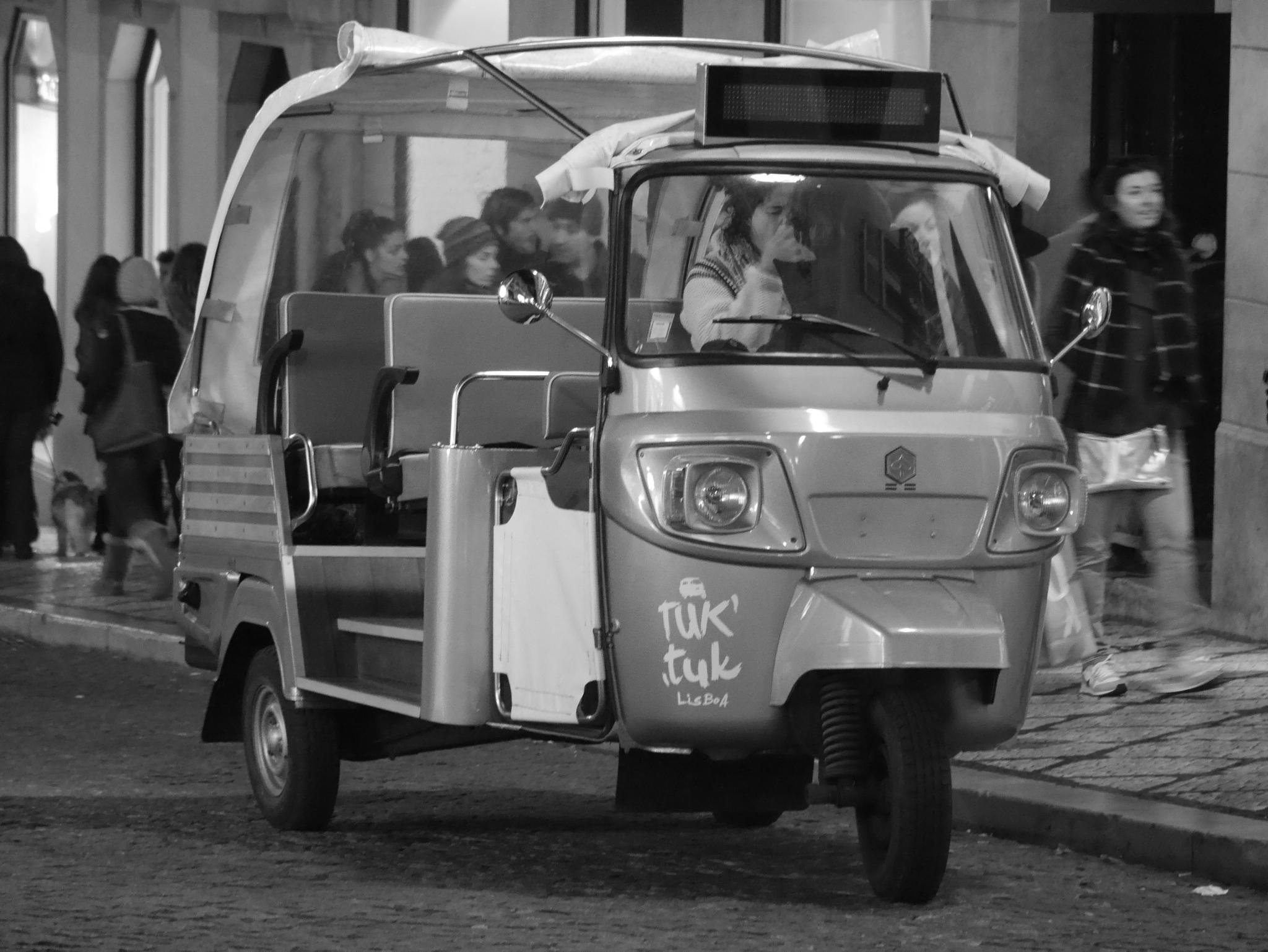 TUK TUK - Waiting for turists by Photosniper