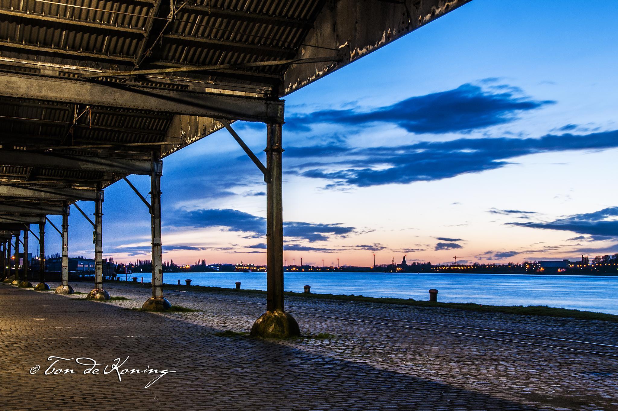 De Kaai in Antwerpen by Ton de Koning