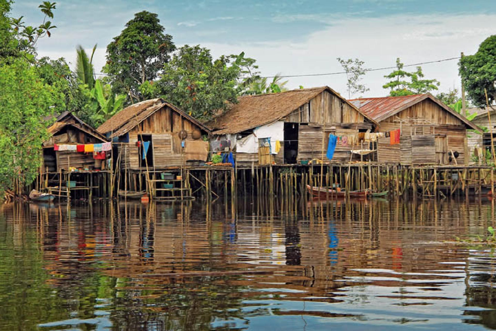 riverside settlements by Trisno Apidianto