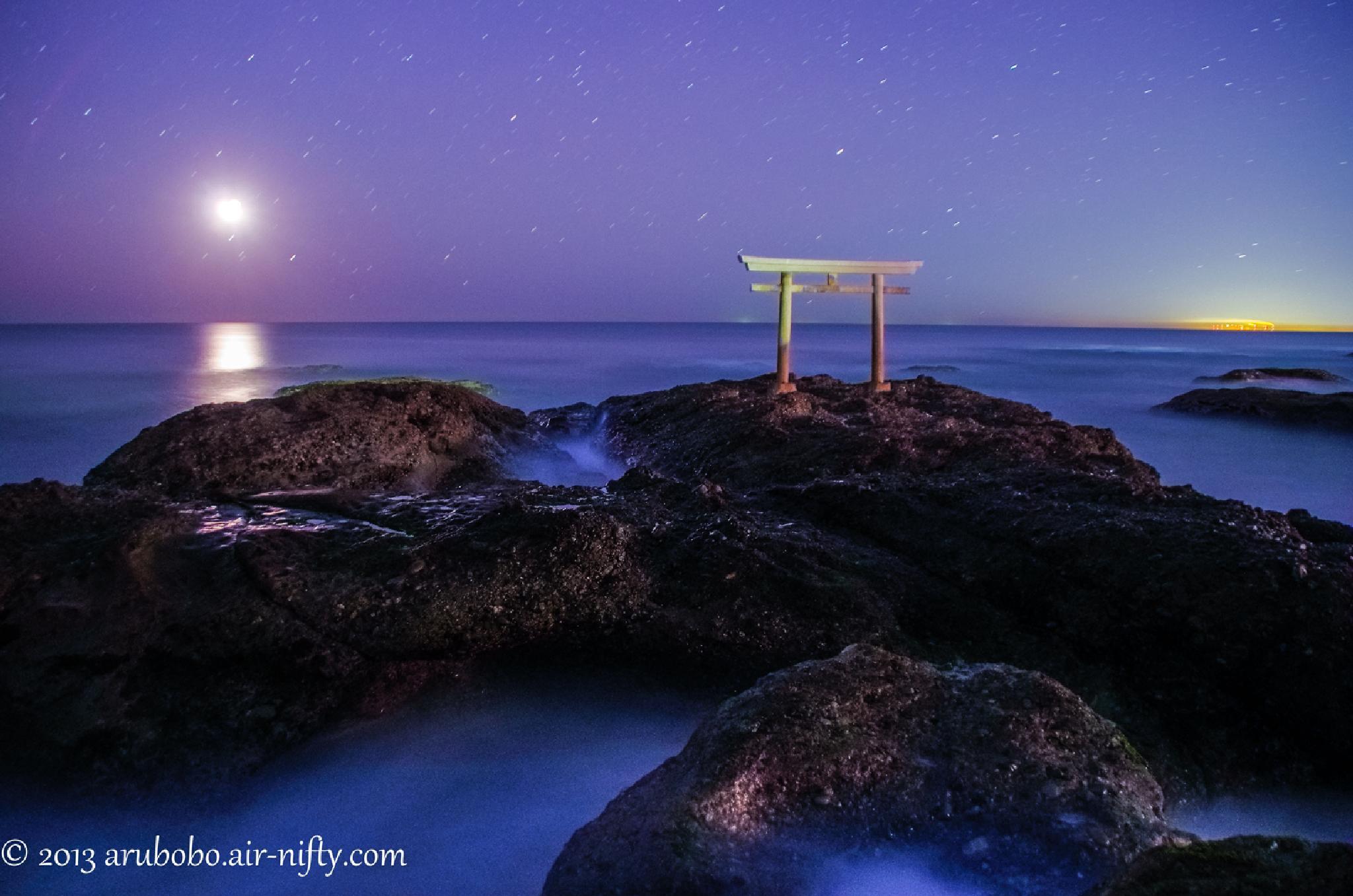 Moonrising at KAMIISO NO TORII  by katuhico.kumazaki