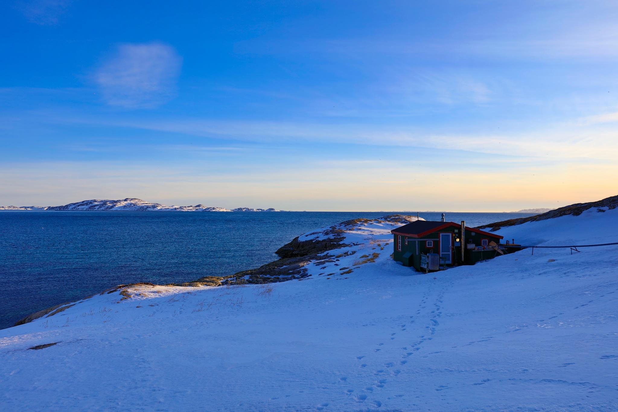 lillehus på prærien i aftenskygge  by Tom Augo Lynge
