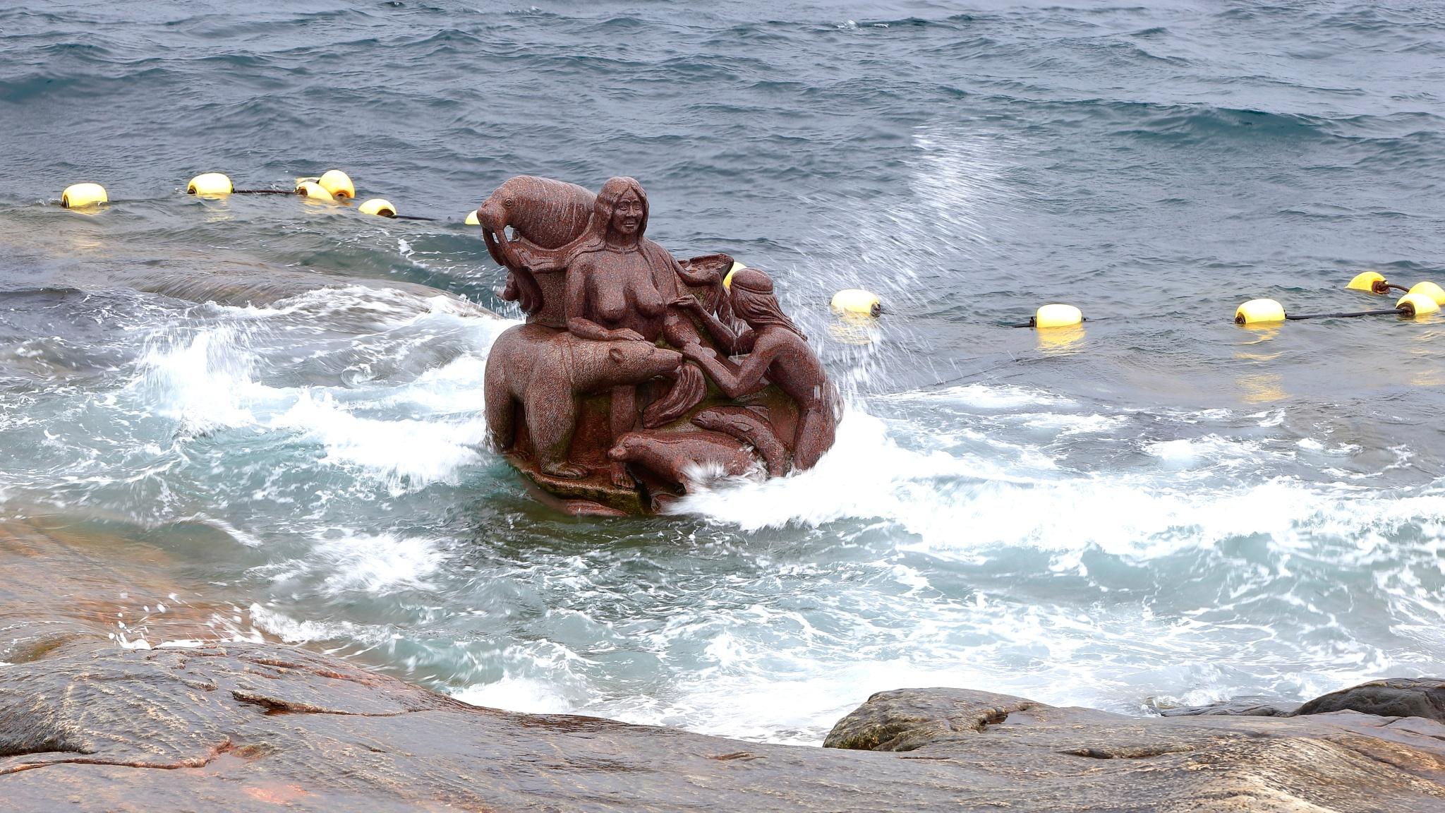 skulptur havets moder 17 juli by Tom Augo Lynge