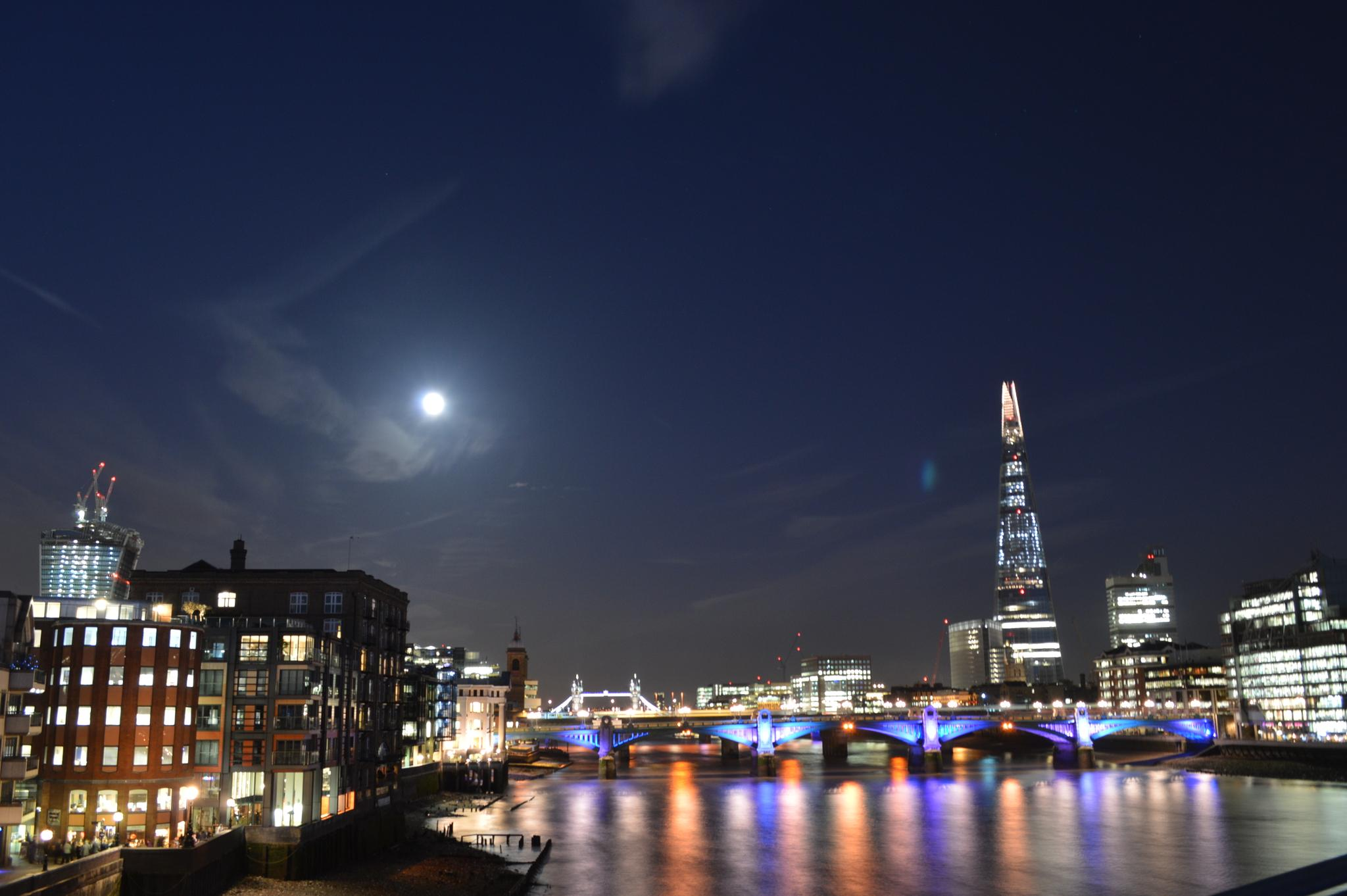 London by night by PhotoStysio