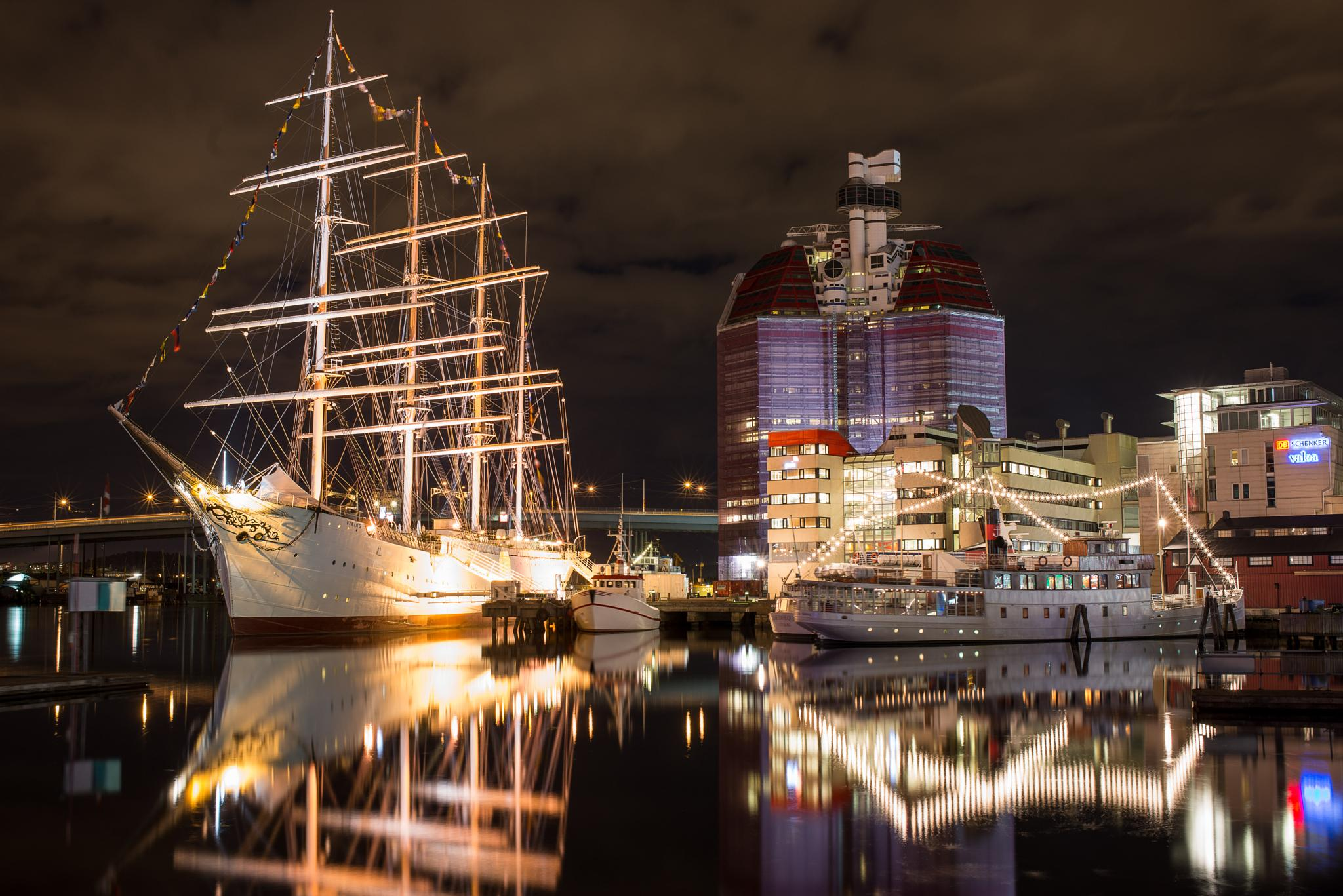 Gothenburg Harbor, Barken viking by Niklas Olausson