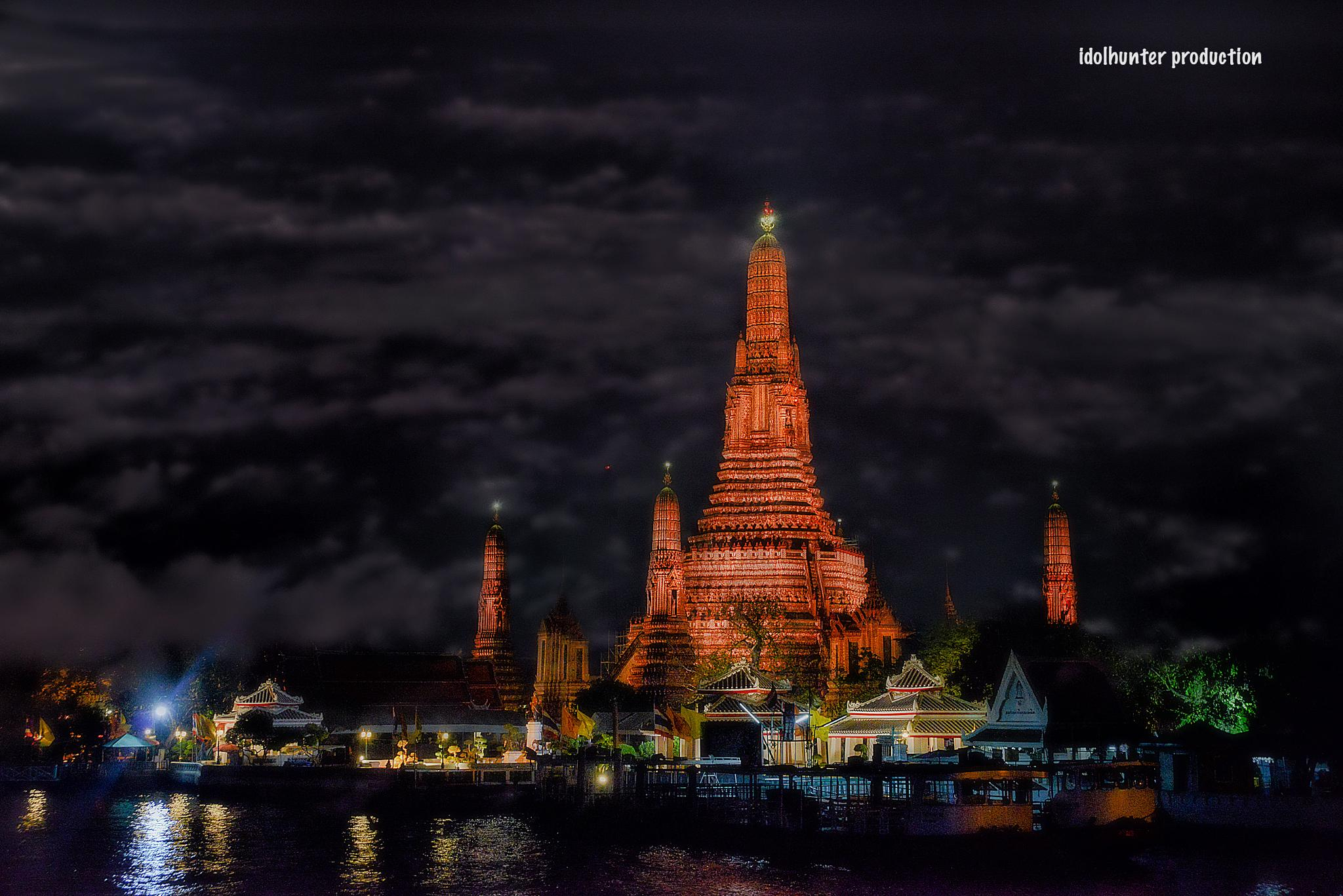 Wat Arun viewed from the Chao Phraya river, Bangkok by idolhunter