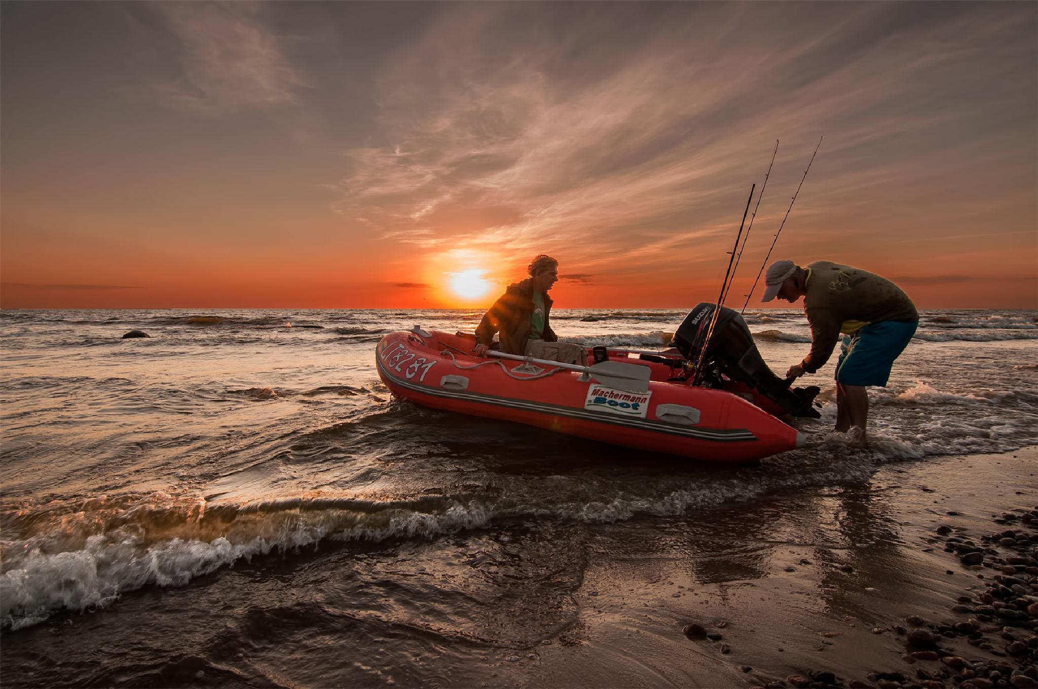 Fishermen returning by Daiva Cirtautė