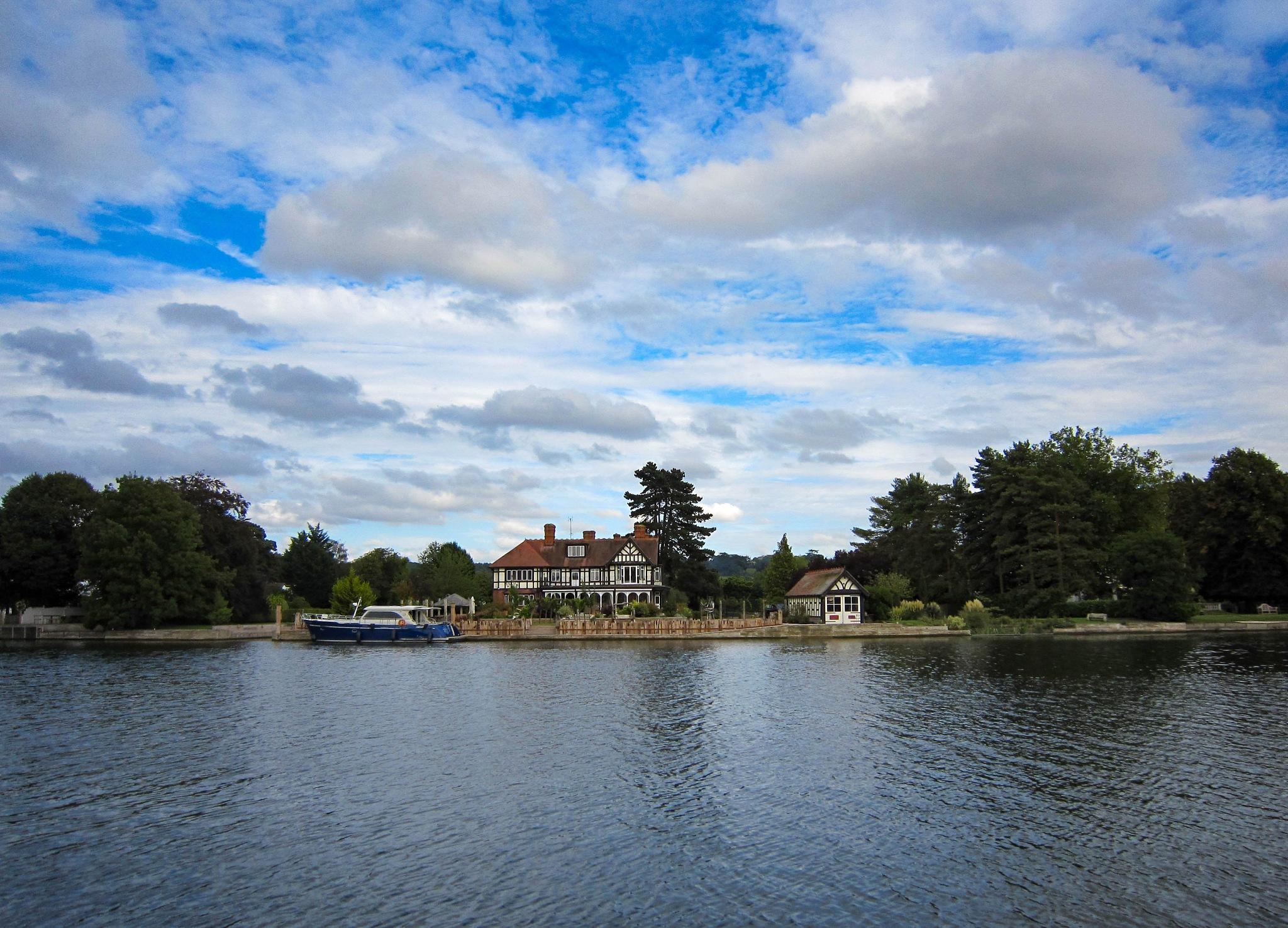 Photo in Random #cookham #thames #river thames #mansion #boathouse #motor cruiser