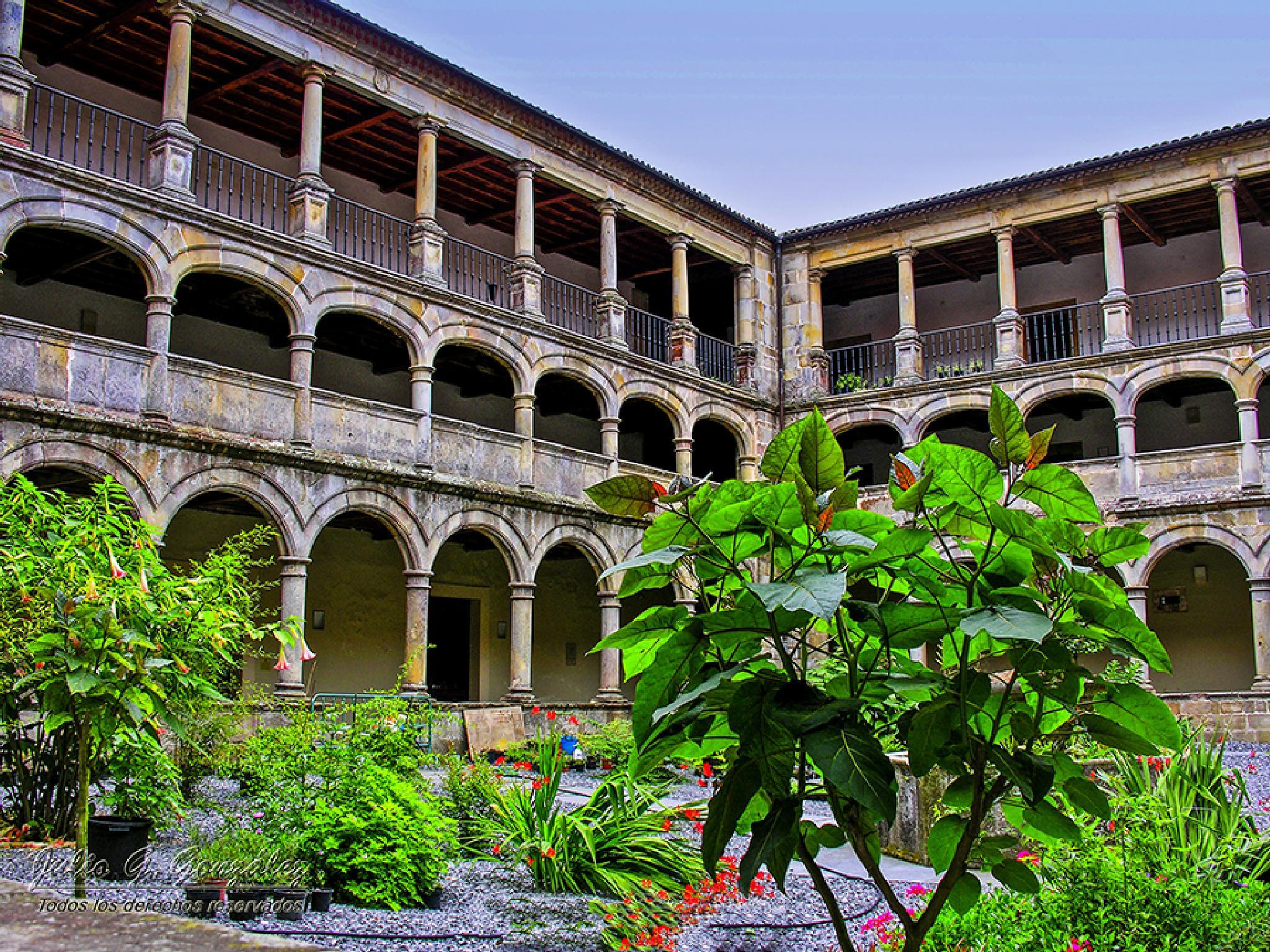 Patio Central del Monasterio de Santa María de Valdediós by Julio G.González