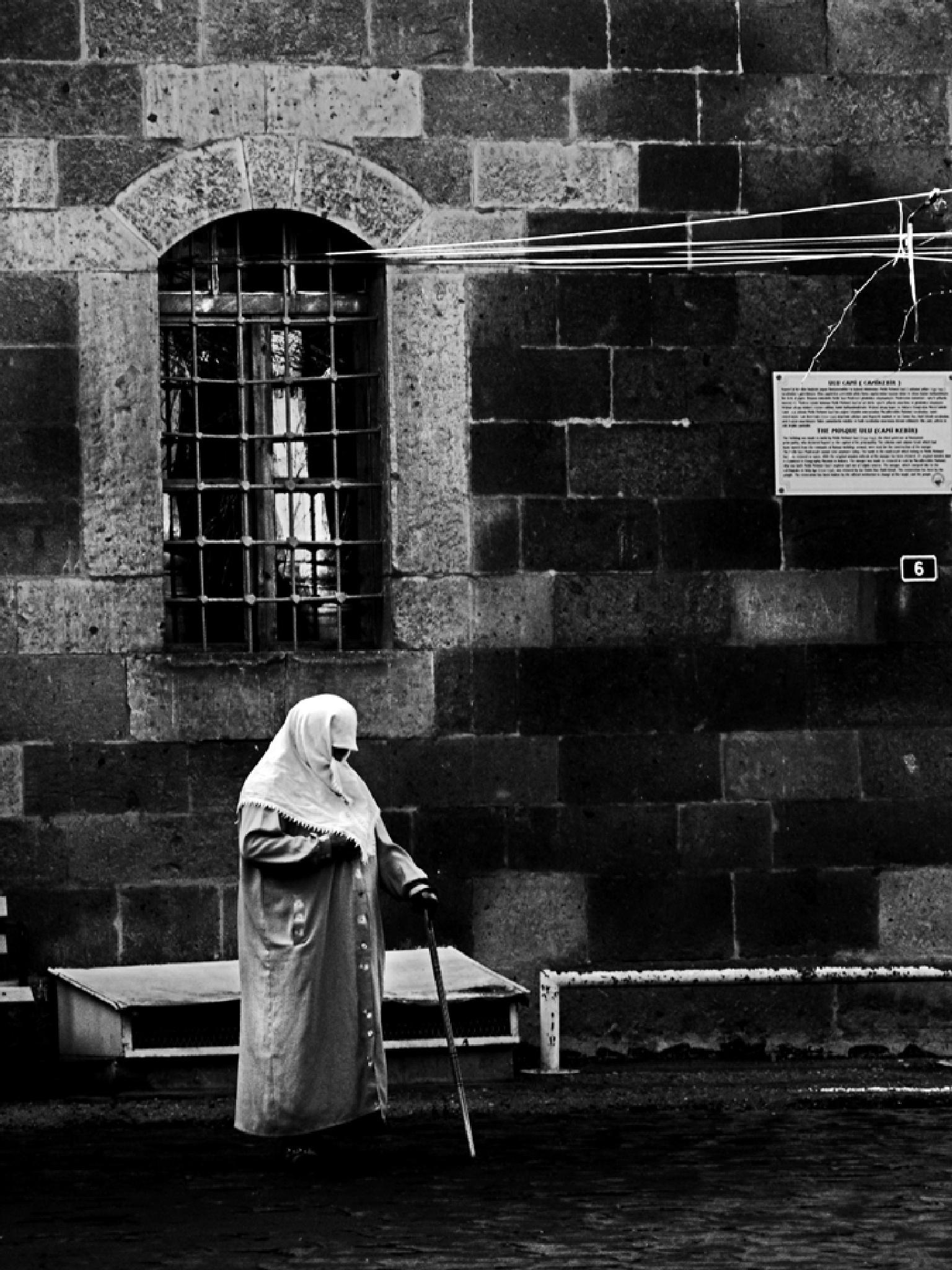 dilenen yaşlı kadın by Metin ŞİMŞEK