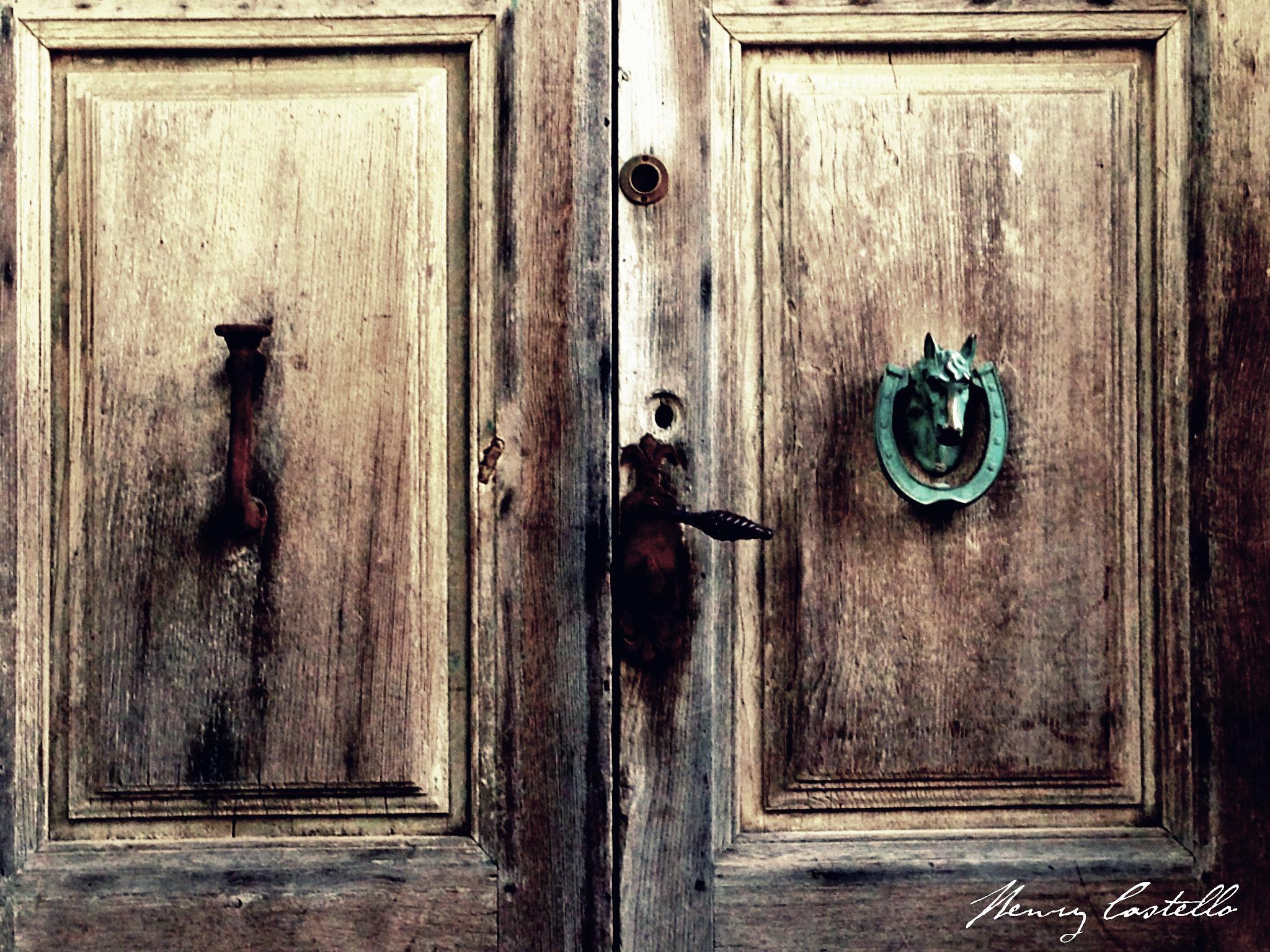 Une porte bien travallèe a l'ancienne. by henry castello