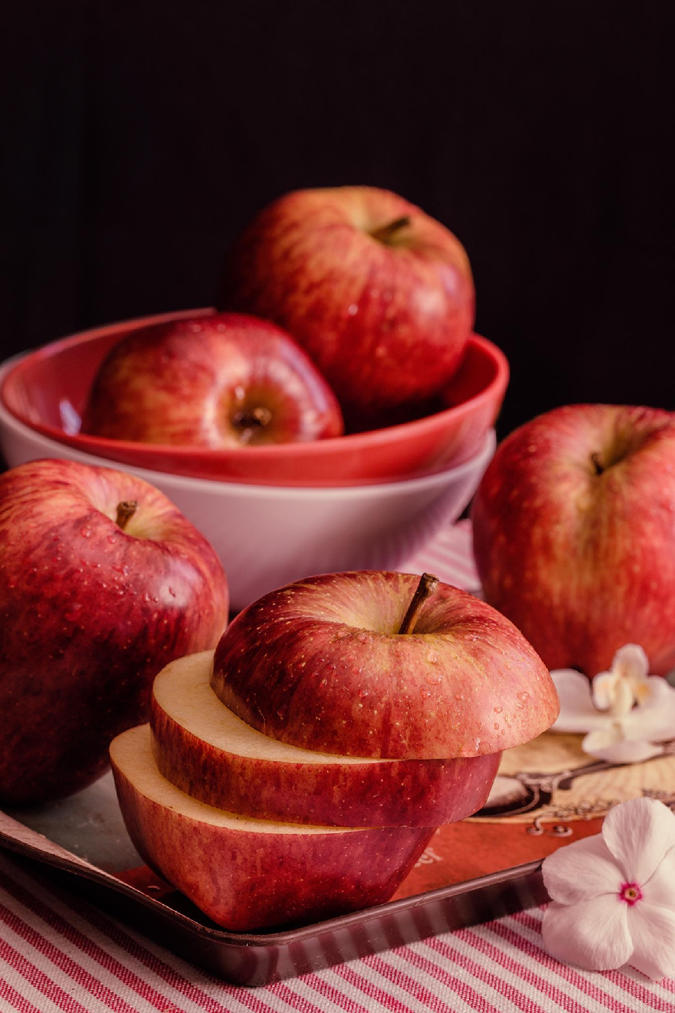 Red apples by Ana Gomez