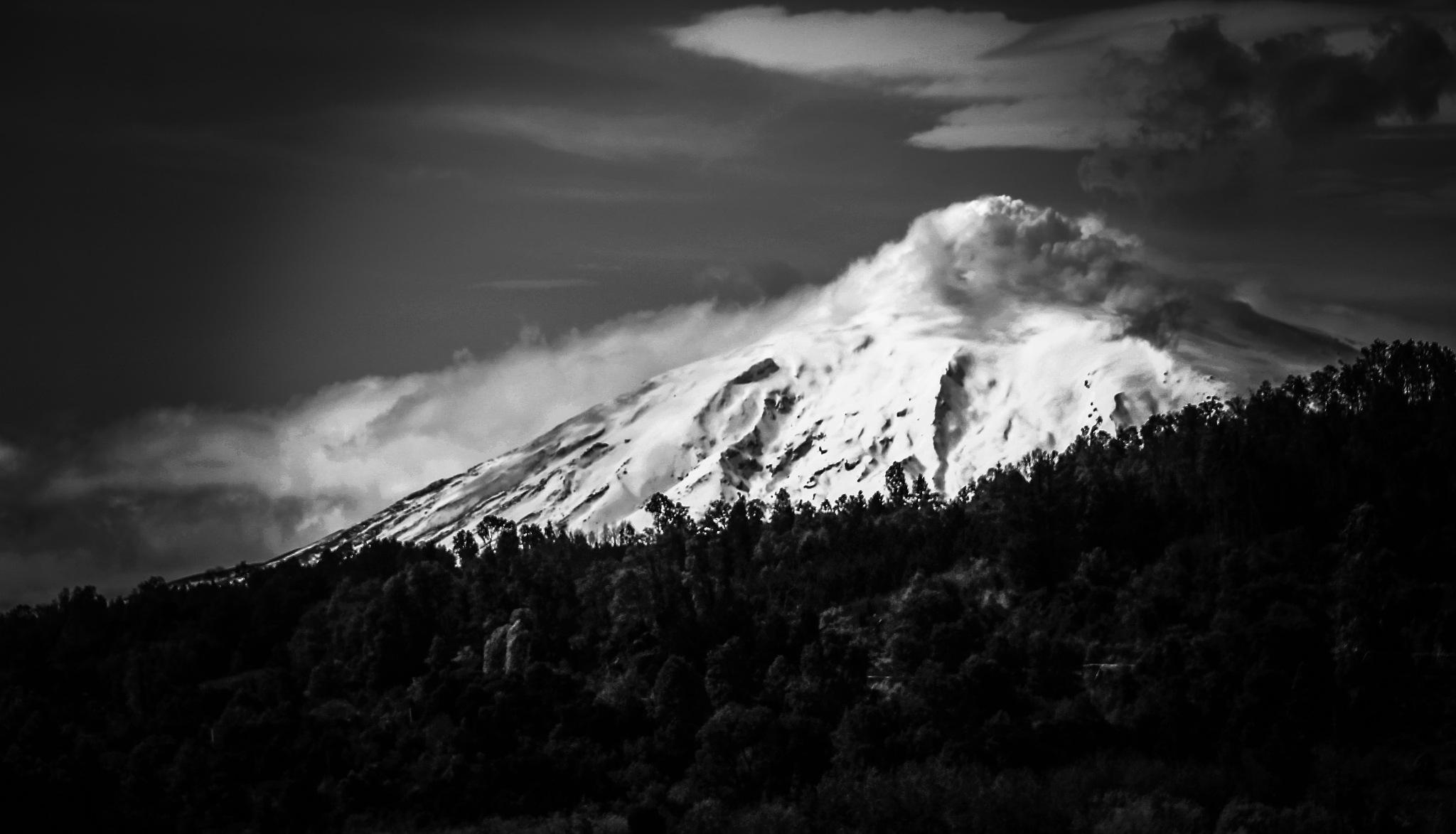 villarrica volcano by ichernin