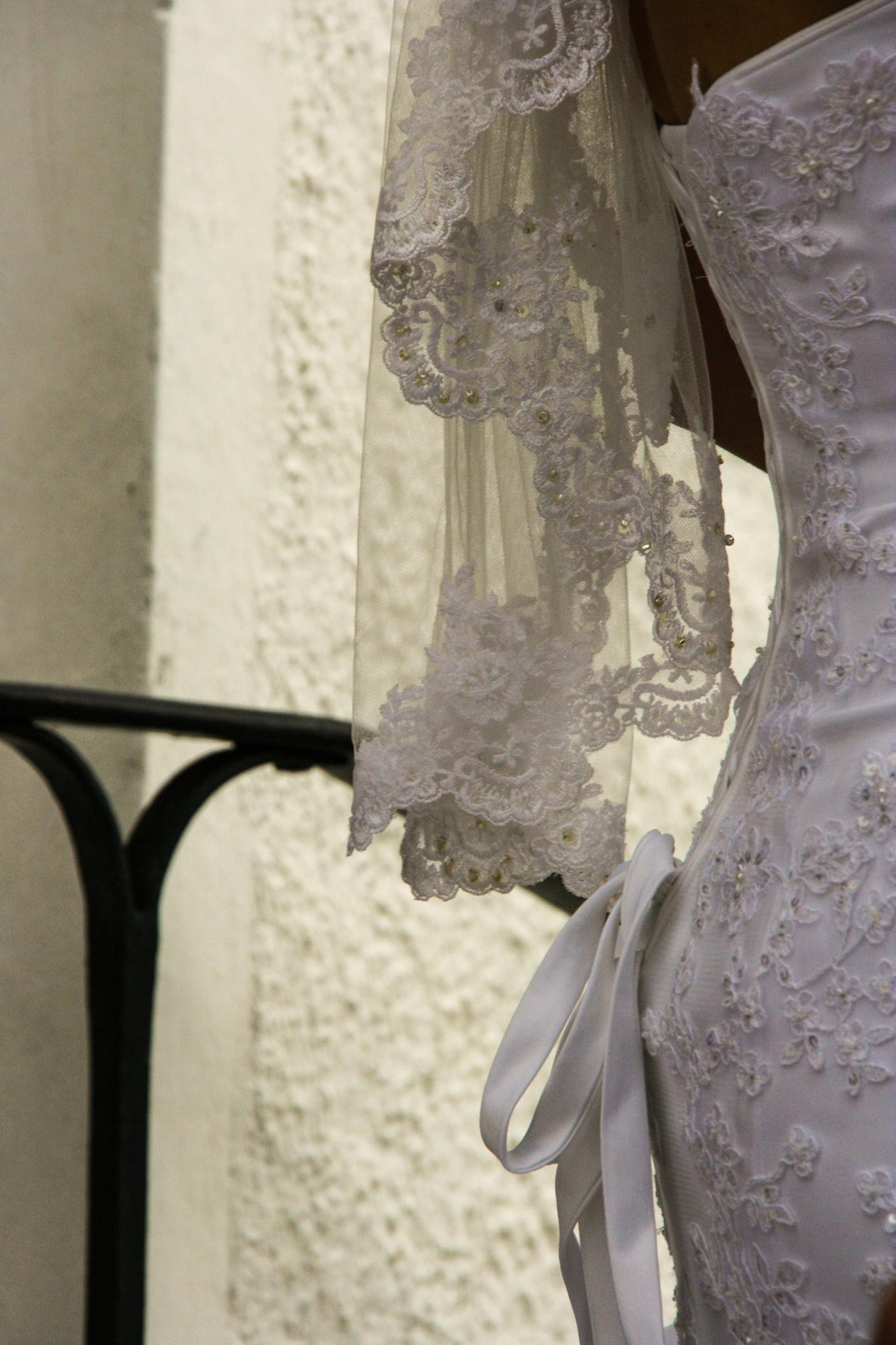 Bride in lace by fotografdenise