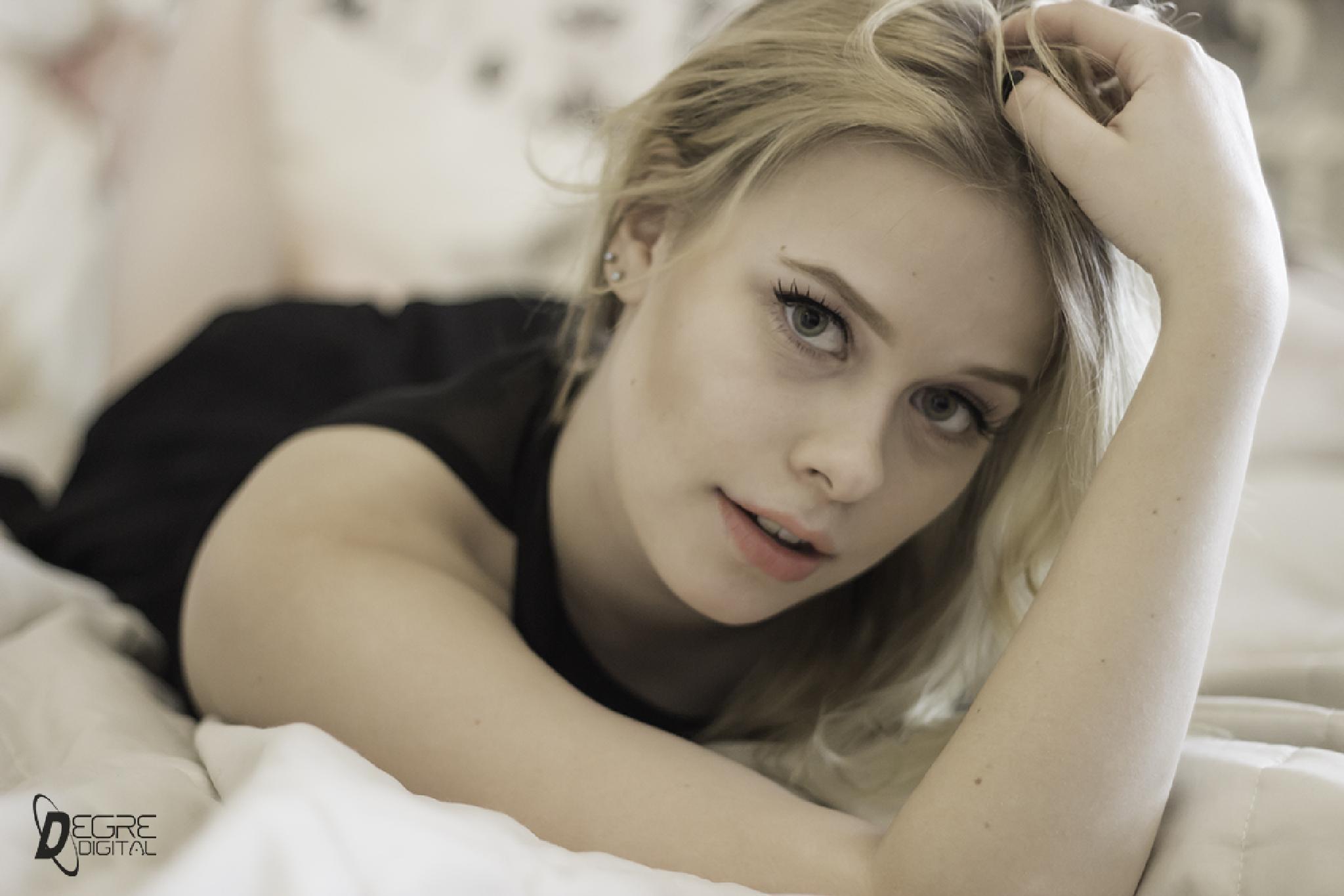 blonde girl by Degre Digital