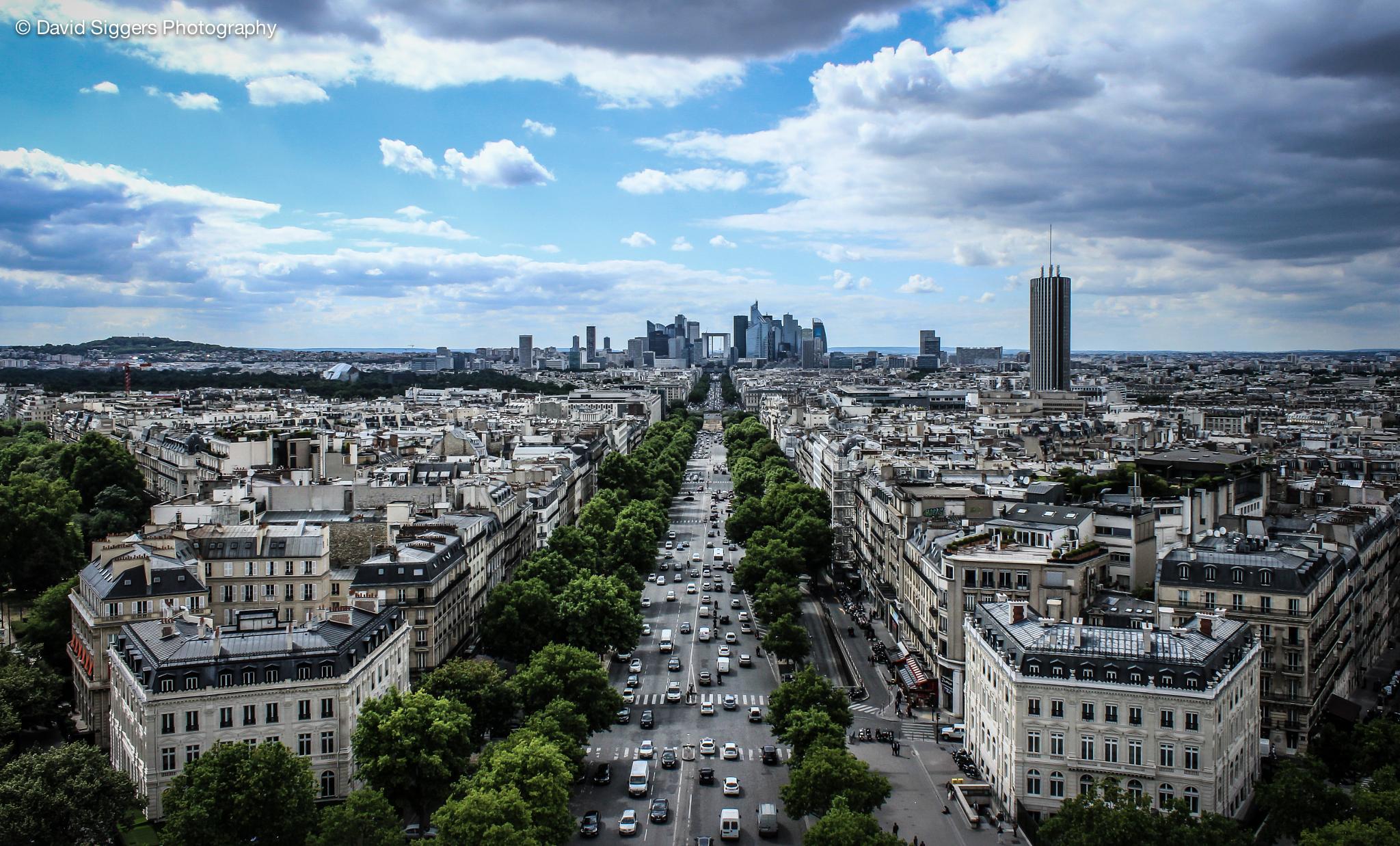 Towards La Grande Arche de la Défense by David Siggers