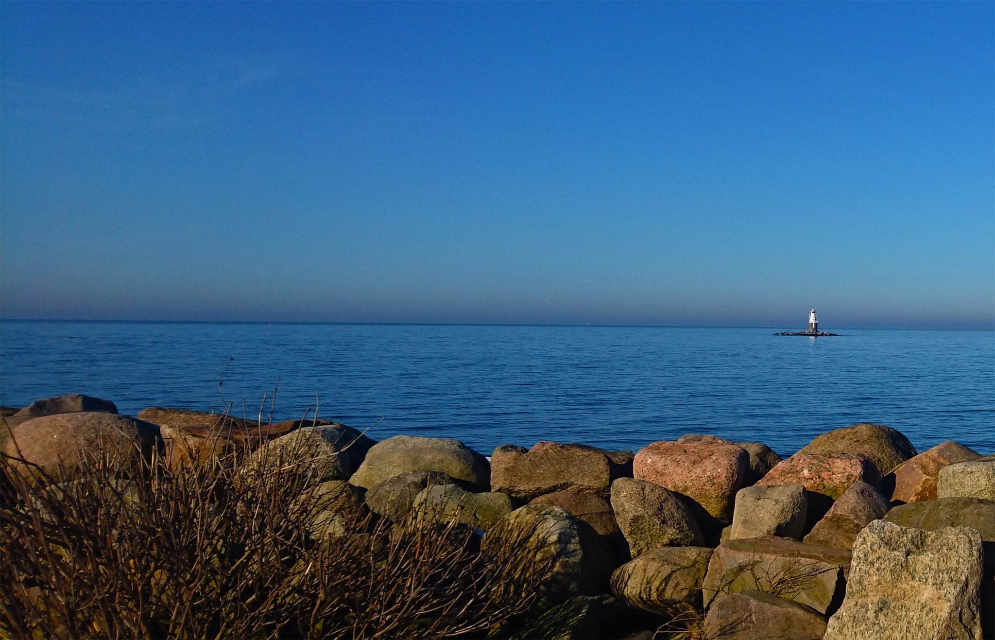 A sunny day at the sea by Olle Möller