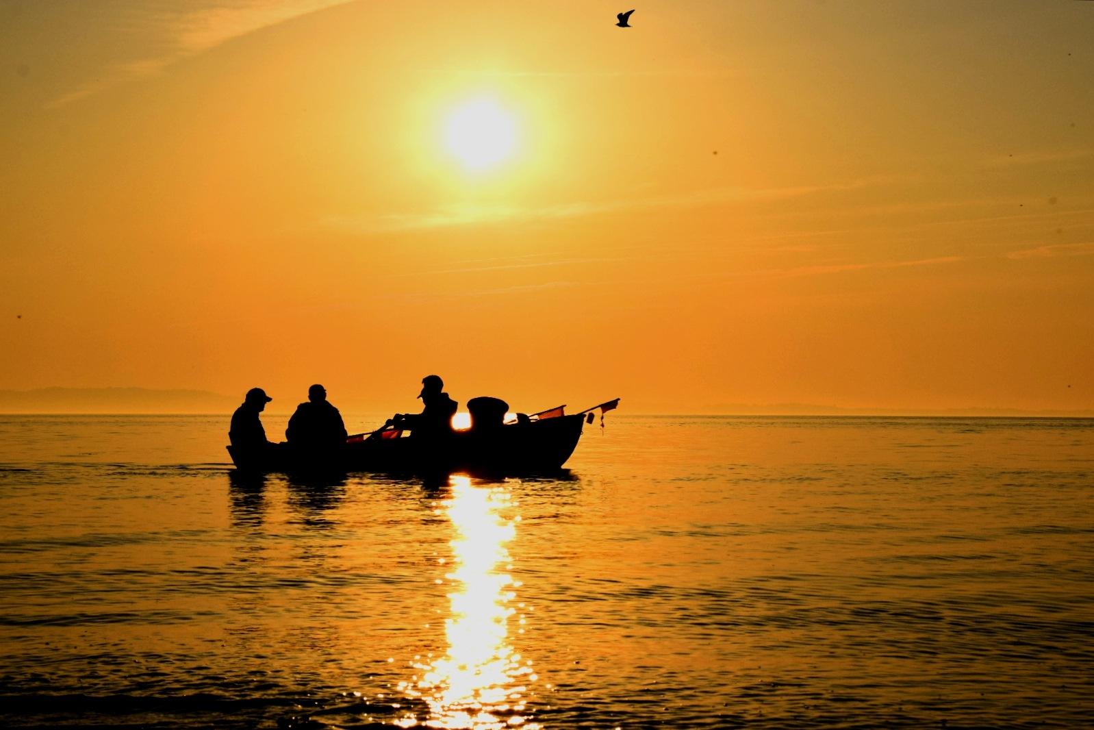 Fishing before sunset by lafriha
