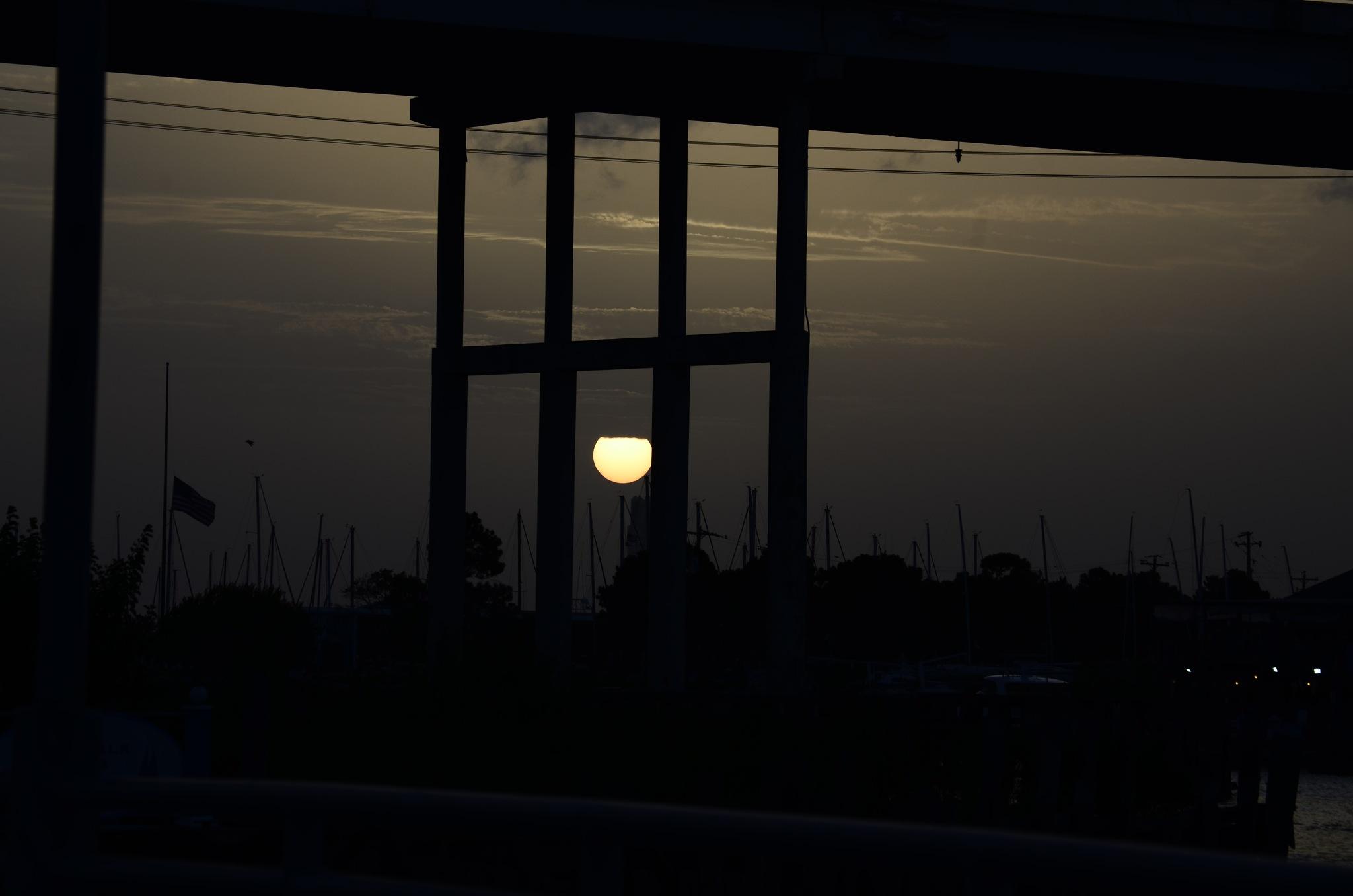 Setting sun, under the bridge by shortacd