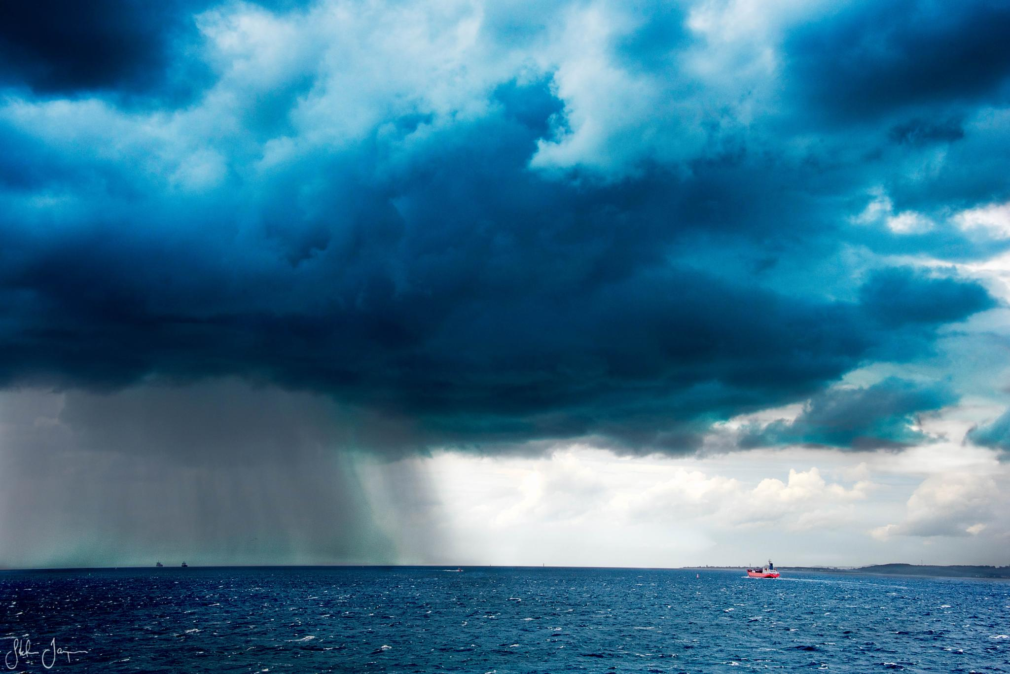 Heavy rain at sea by Stefan Janpár