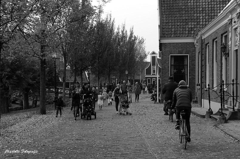 Touristen op de Zaanse Schans by charlottevanwamelen69